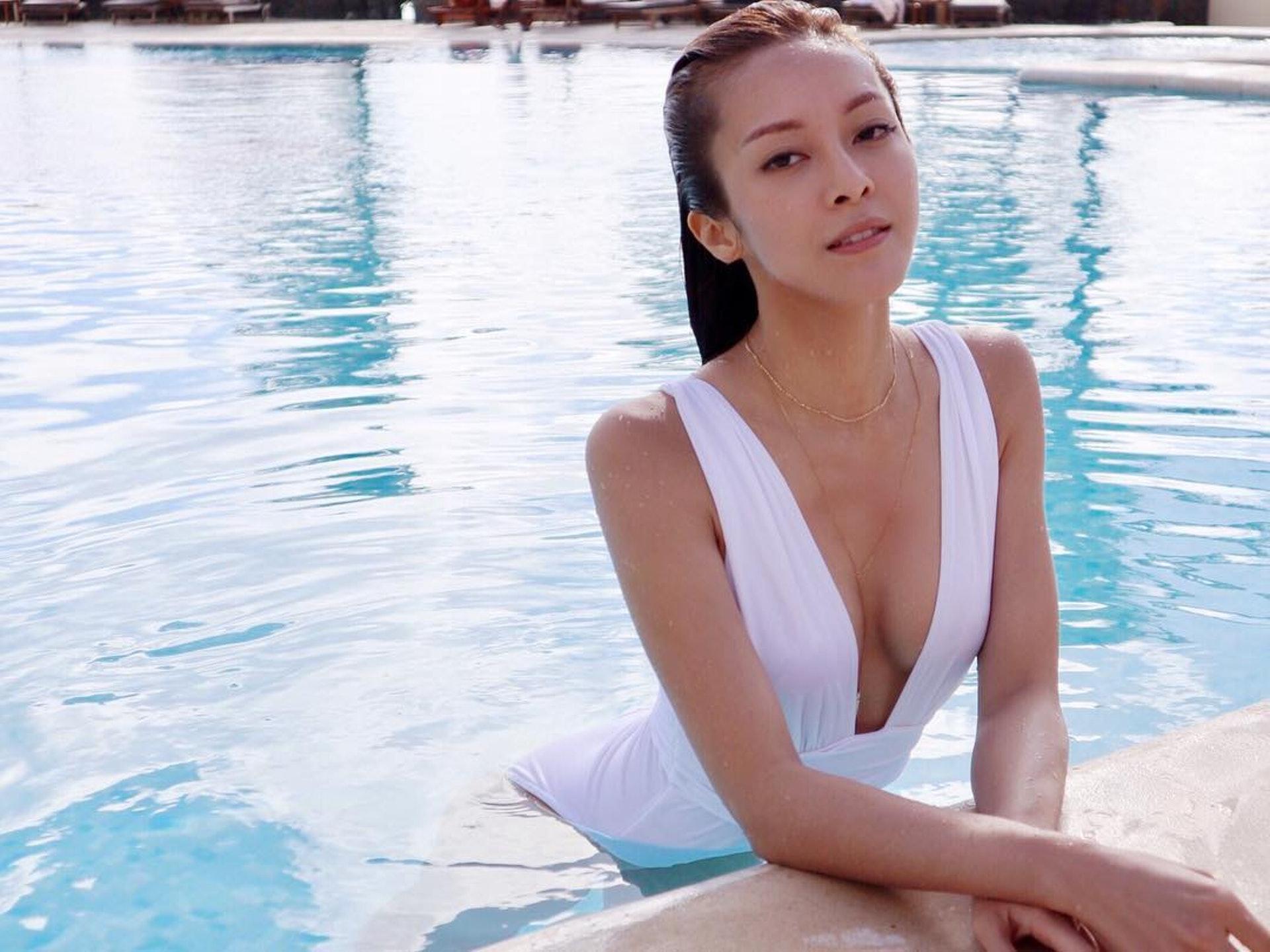 張曦雯這件復古白色一件頭泳衣,Deep V開到腰,非常性感同時又非常優雅!(IG圖片)