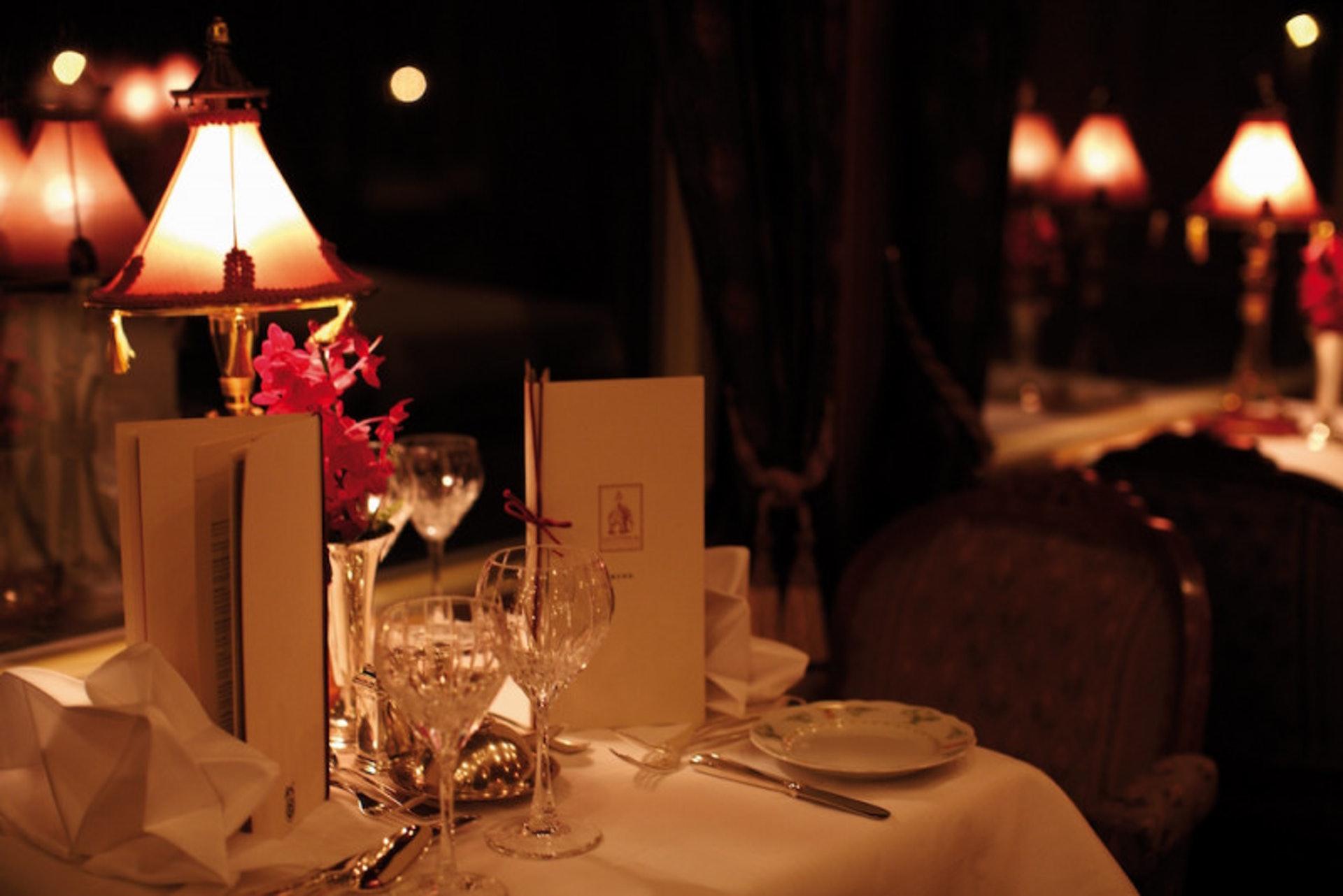 火車上白天服裝一般建議以Smart Casual,晚上用餐需要穿著正式服裝,以晚宴的方式進行(世界高級品提供)