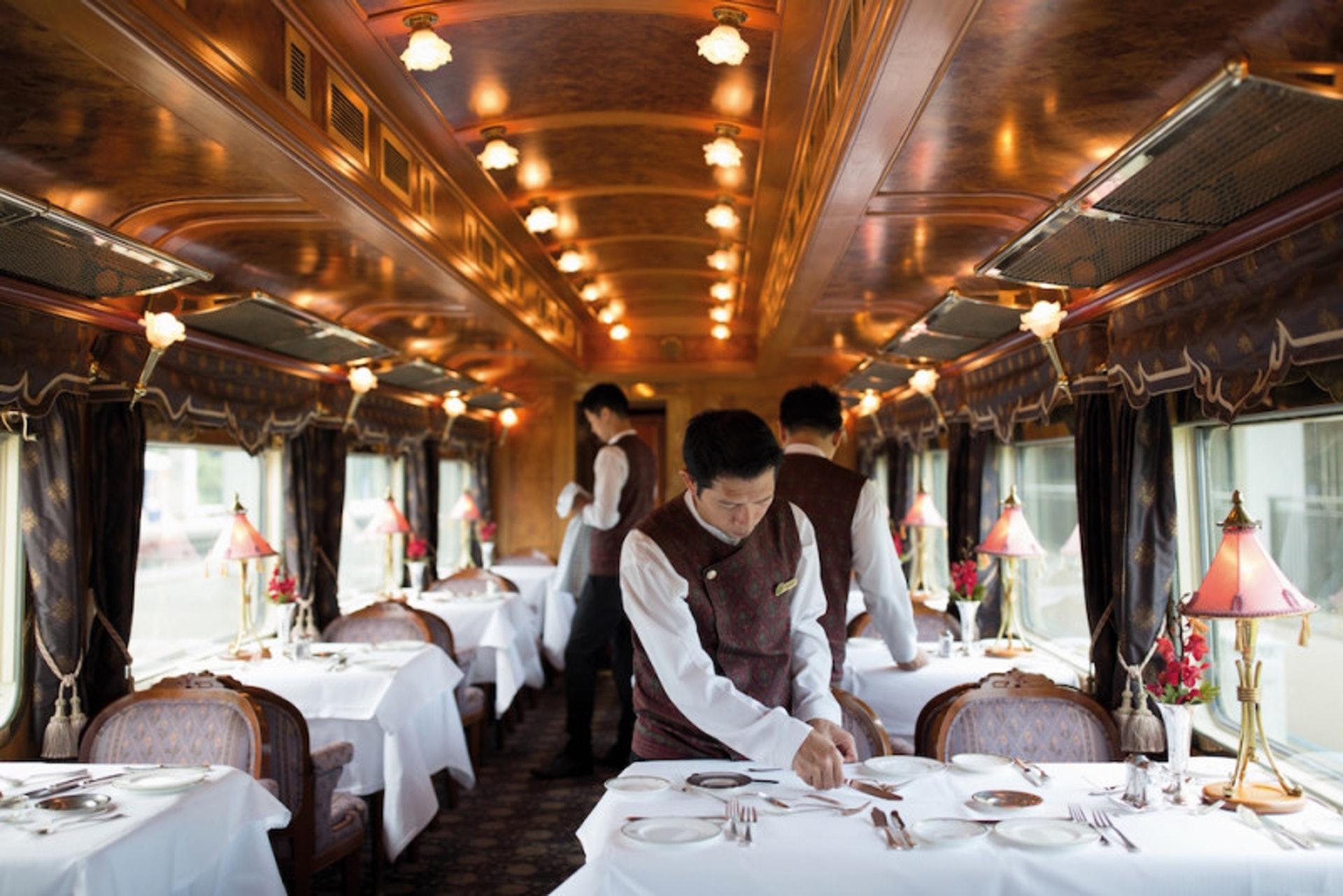 賓客的三餐皆由火車提供,早餐、傳統英式下午茶通常由服務人員直接送入客房,午、晚餐則要移駕至餐車享用(世界高級品提供)