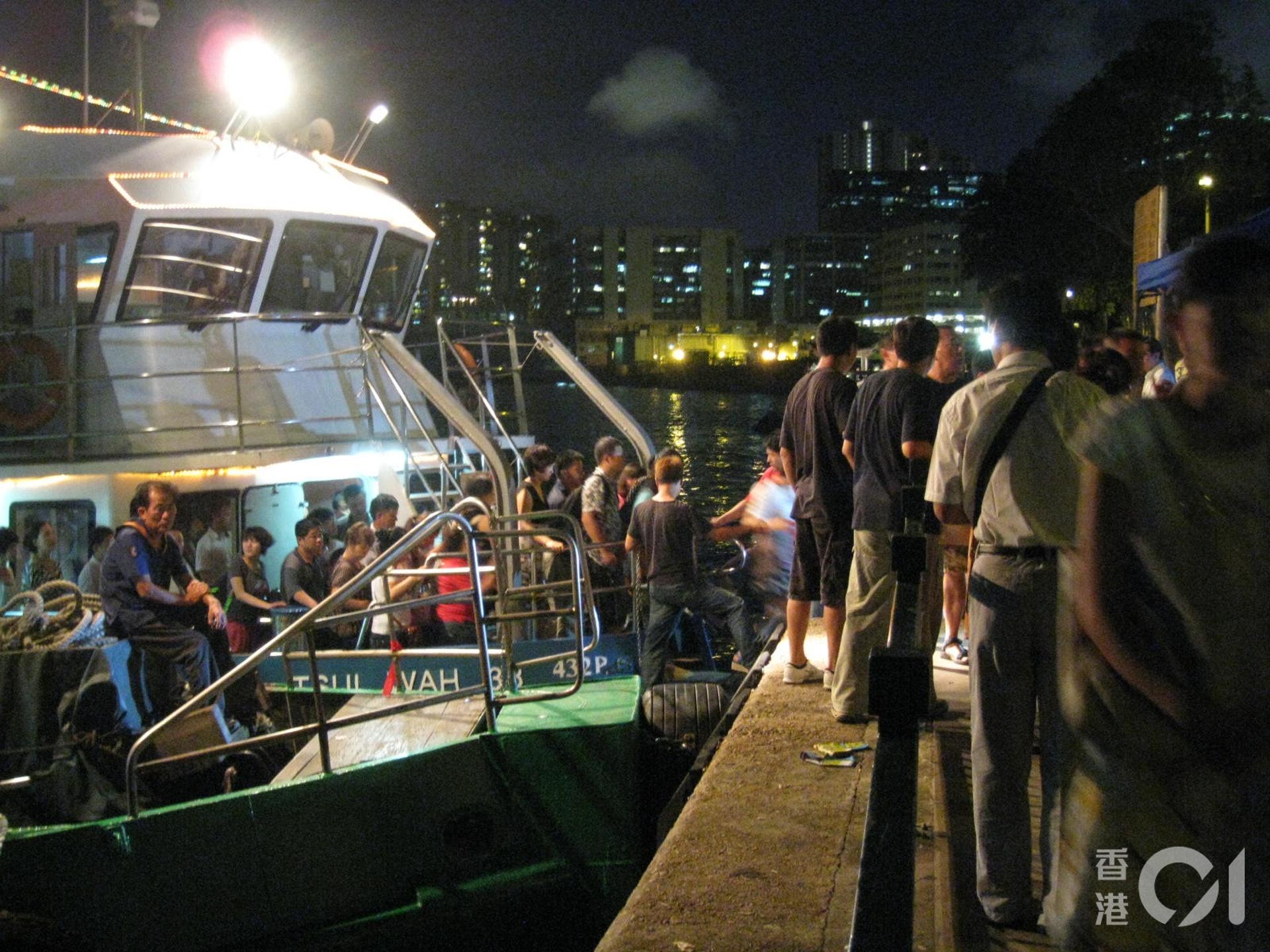 內地旅遊團旅行團轉到海心公園附近的景雲街公眾登岸梯級上下船。(九龍城區區議員潘國華提供)