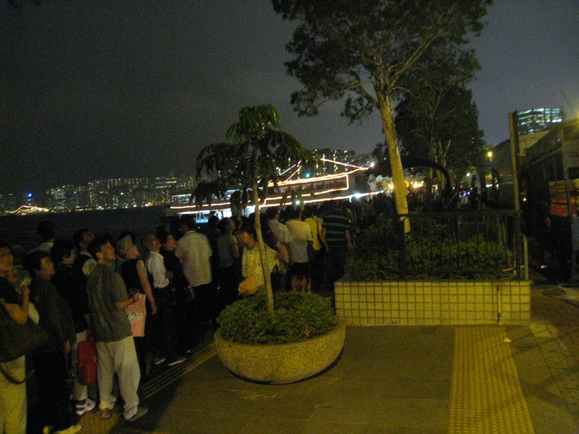 景雲街公眾登岸梯級旁的休憩小徑長期被大批旅客佔用。(九龍城區區議員潘國華提供)
