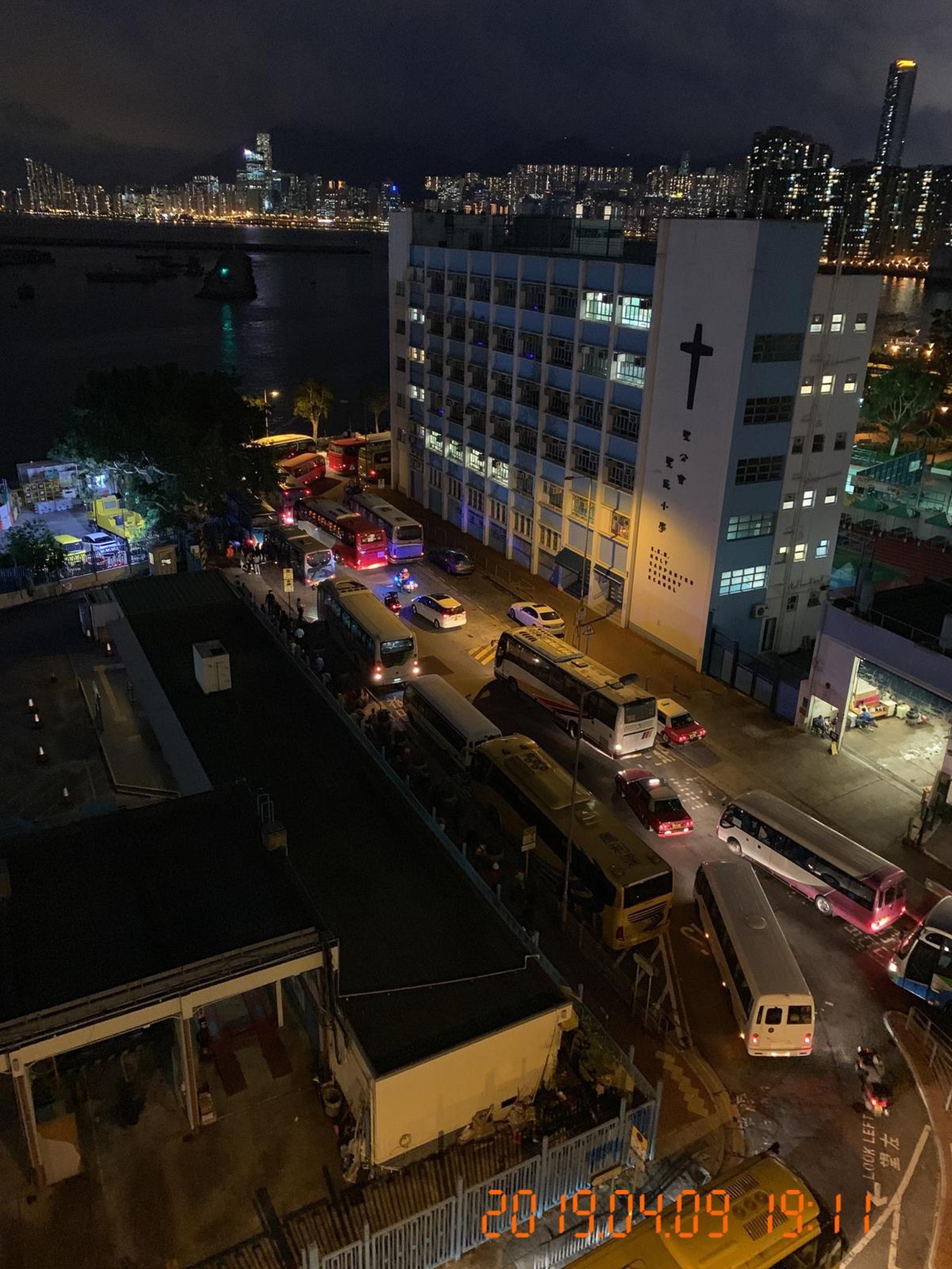 景雲街登岸區附近有多架旅巴停泊,造成交通阻塞。(九龍城區區議員潘國華提供)