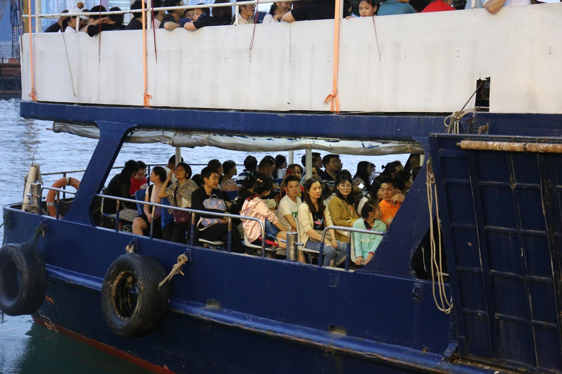 記者於勞動節假期到九龍城碼頭視察,發現有大陸內地旅行團於該處等候登船。(黃廸雯攝)