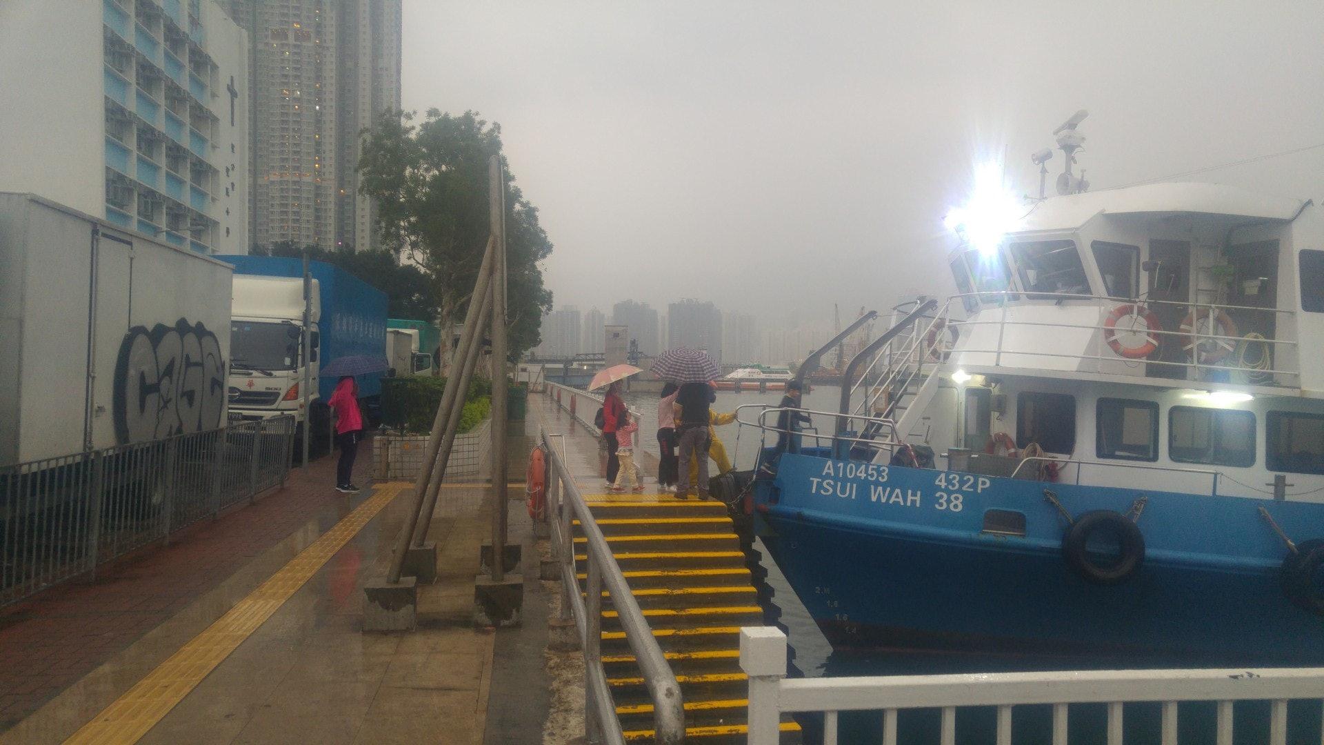 勞動節假期翌日,有人於景雲街登岸梯級登船,惟未見人龍。(林振華攝)