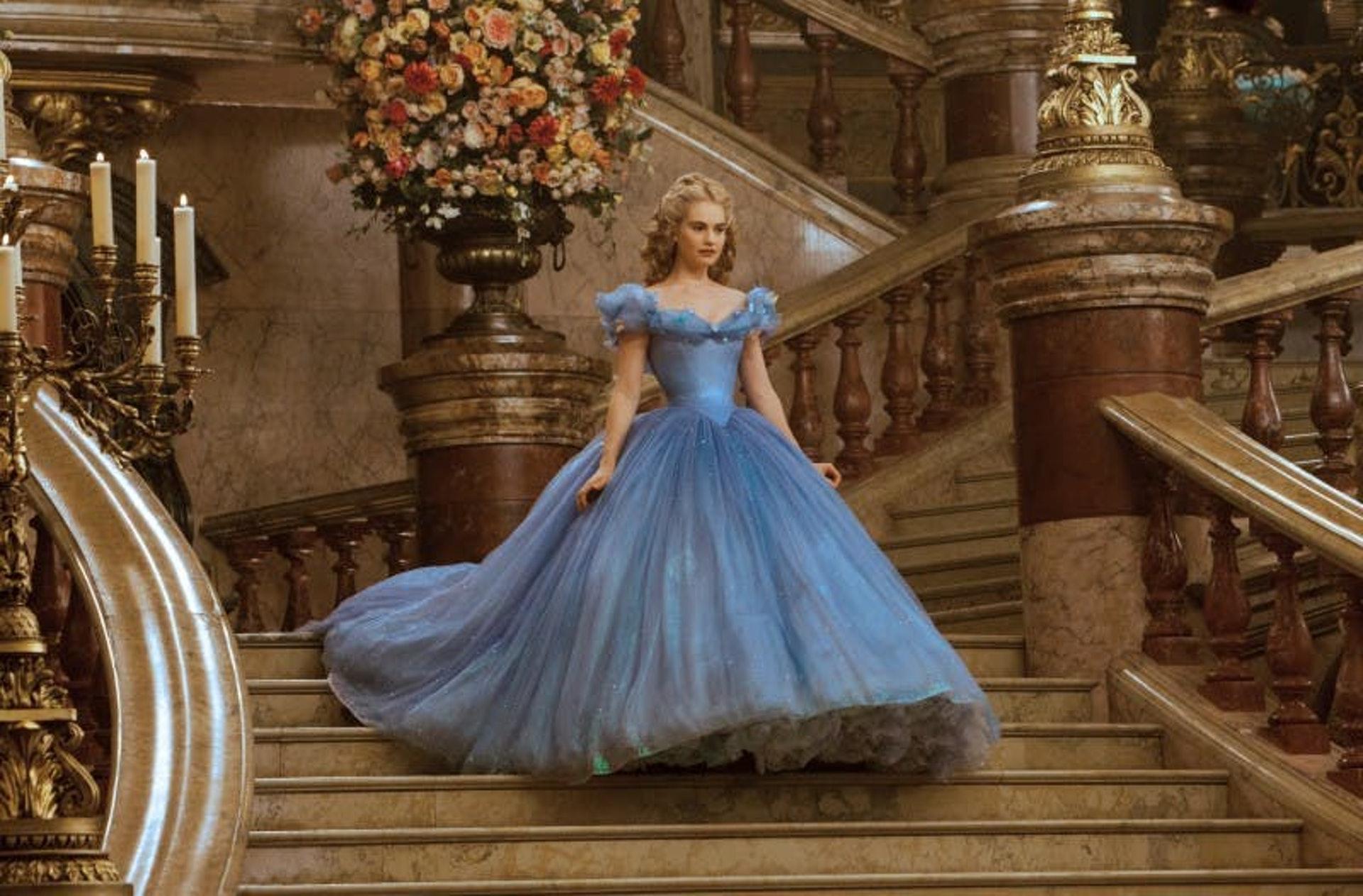不同的迪士尼公主都一定是擁有膚色的白晢,大眼睛,小鼻子,小嘴巴,和小手掌。(《仙履奇緣》真人版劇照)