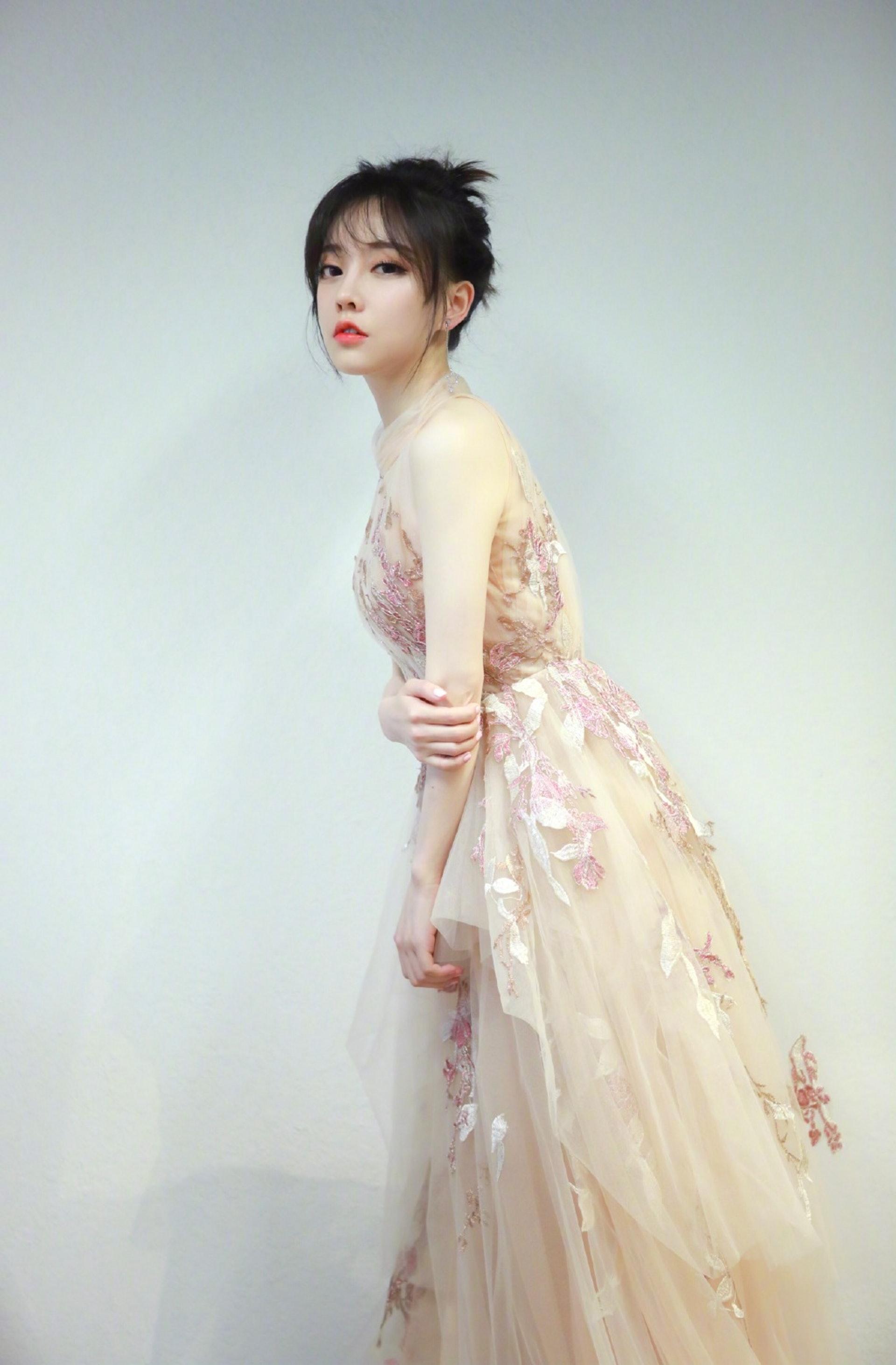 「中國第一網紅」馮提莫轉戰樂壇 微露性感獲大讚:好美, 網路正妹美女分享