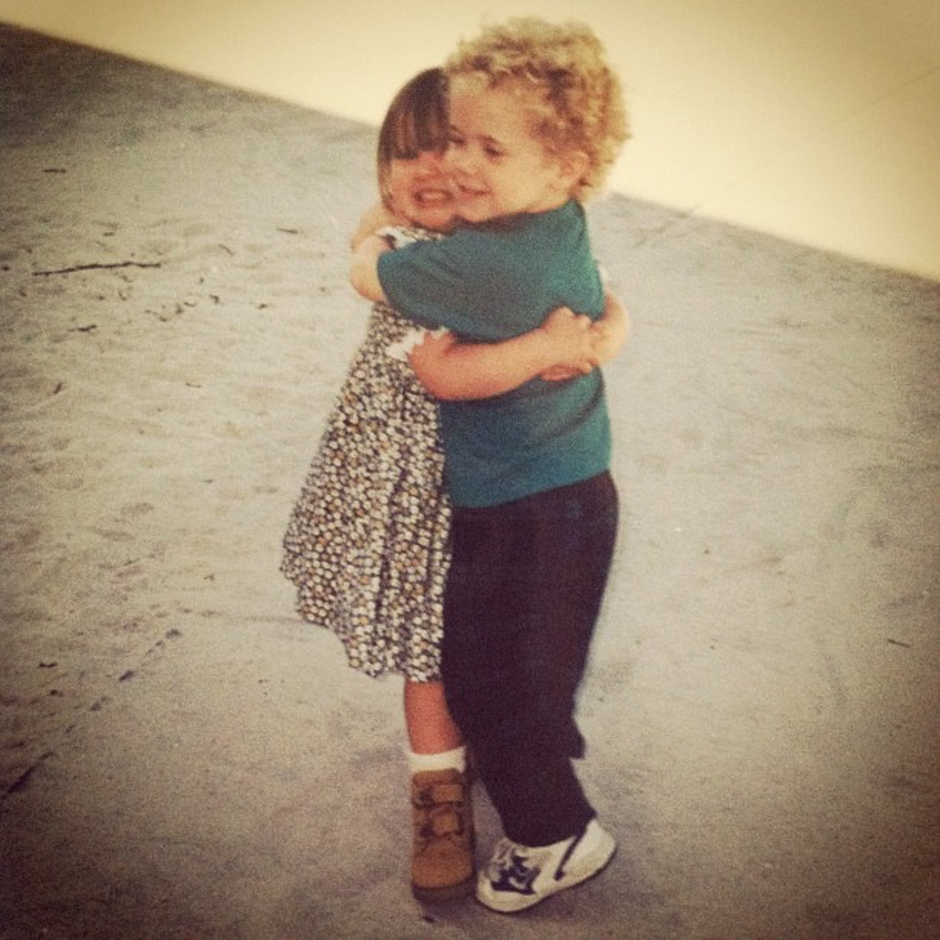 二人2歲已在幼兒班相識,從此形影不離成為彼此摯友,沒料到5歲後卻因女方搬家而失聯12年。(ig「nata.tatman」圖片)