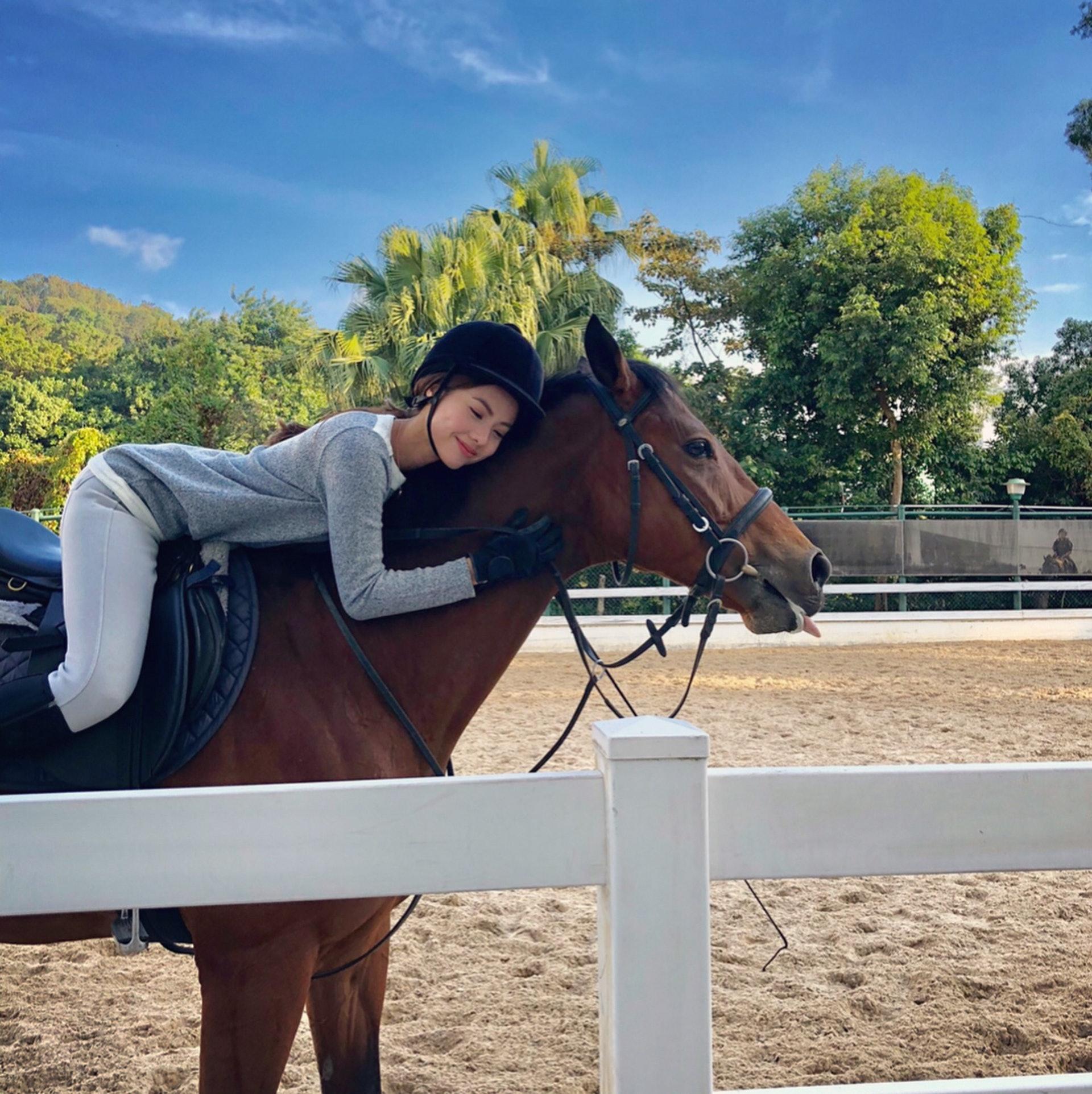 除了水上活動,伍樂怡亦都十分喜愛騎馬。(伍樂怡IG圖片)