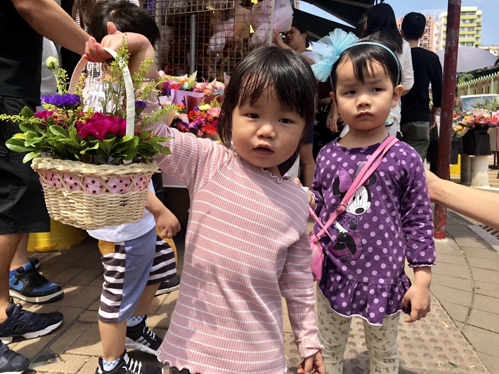 雖然沒有人送花,但梁太也有一對女兒陪伴買花。(勞敏儀攝)