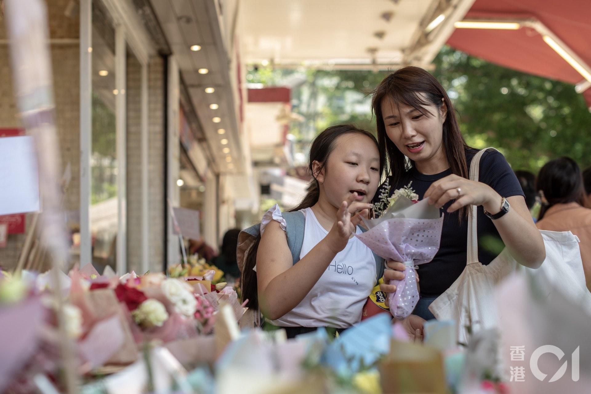 不少人買康乃馨送給媽媽,表達謝意。(方家遠攝)