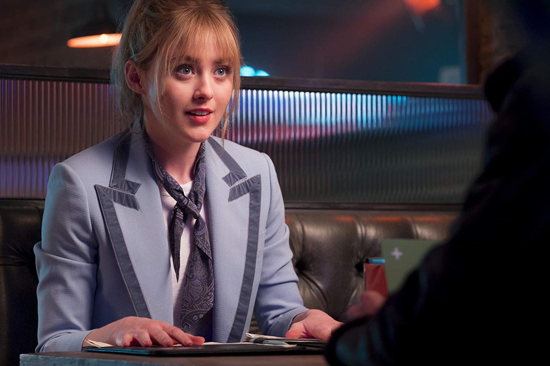 Kathryn Newton在戲中飾演電視台新聞部實習生,是「傻鴨」Psyduck的主人。(Warner Bros. 劇照)