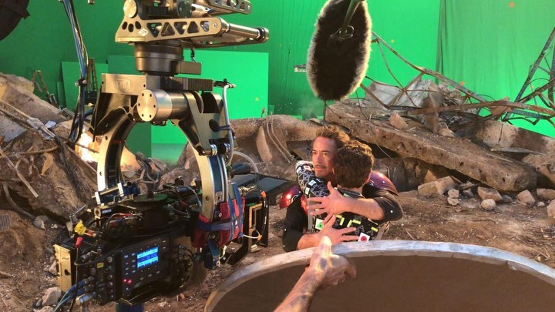 最近羅拔唐尼在網上分享拍攝花絮,原來他在這場戲裡更親了「蜘蛛俠」臉頰一下,非常溫馨。(robertdowneyjr IG 相片)