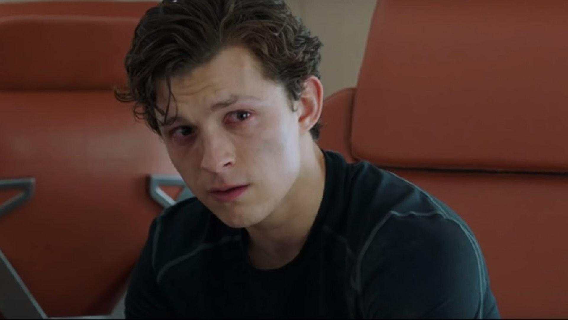 在《蜘蛛俠:決戰千里》最新預告,可見失去「鐵甲奇俠」的「蜘蛛俠」非常傷感。(預告截圖)