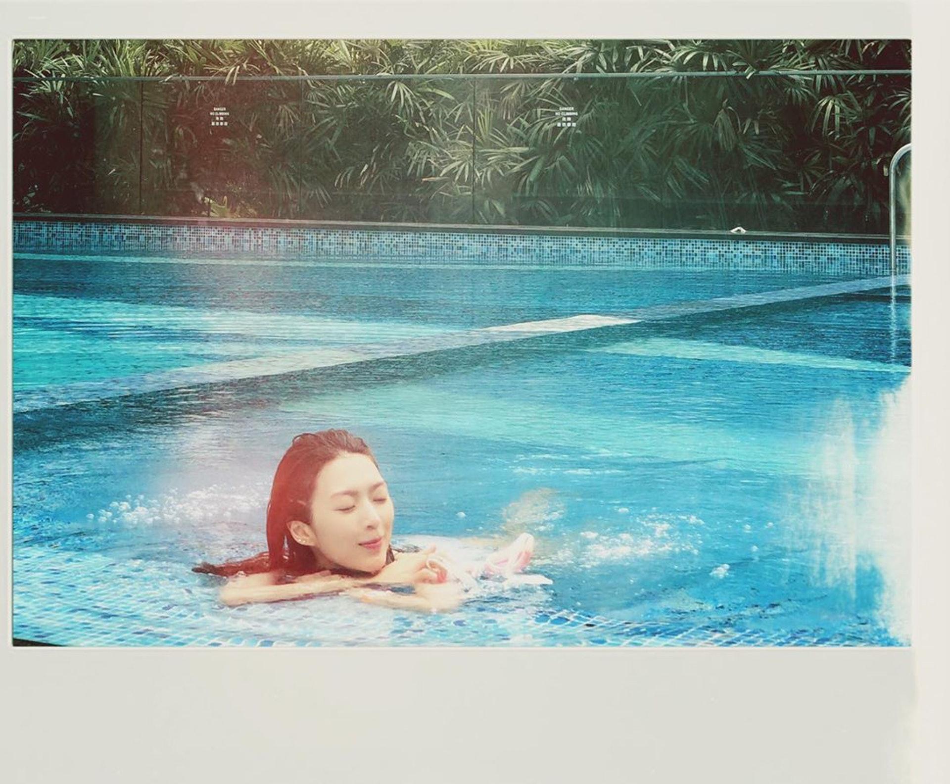 Shiga忙裡偷閒去游水,仲大曬泳裝,吸引大批粉絲留言讚好。(連詩雅IG/@shi_ga)