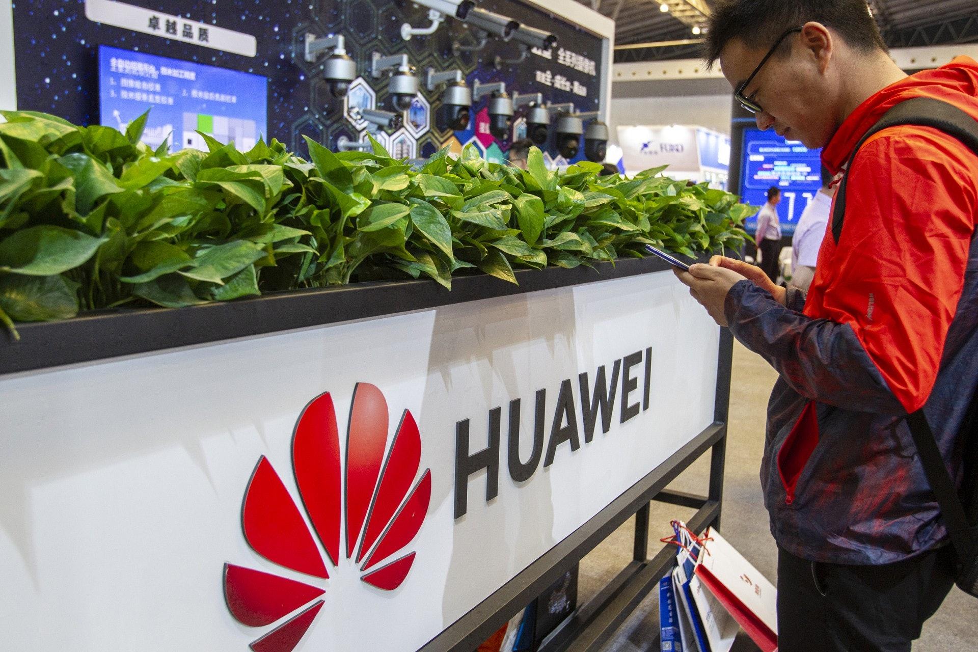 美國商務部5月15日宣布, 16日正式將華為與20多個國家的68間子公司列入所謂「實體清單」(Entity List),新例在17日生效。圖為上海安博會華為展台。(視覺中國)