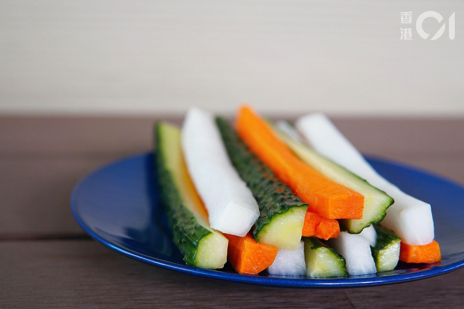 Lillian坦言大部分蔬菜都含有豐富膳食纖維,有助預防便秘。而不同種類的蔬菜都含有各自的營養素,如紅蘿蔔有豐富胡蘿蔔素,胡蘿蔔素可在身體中轉化成維他命A,有助維持眼睛健康;紅菜頭含有抗氧化物甜菜紅素,有助抵抗自由基對細胞的破壞,防止血管硬化。