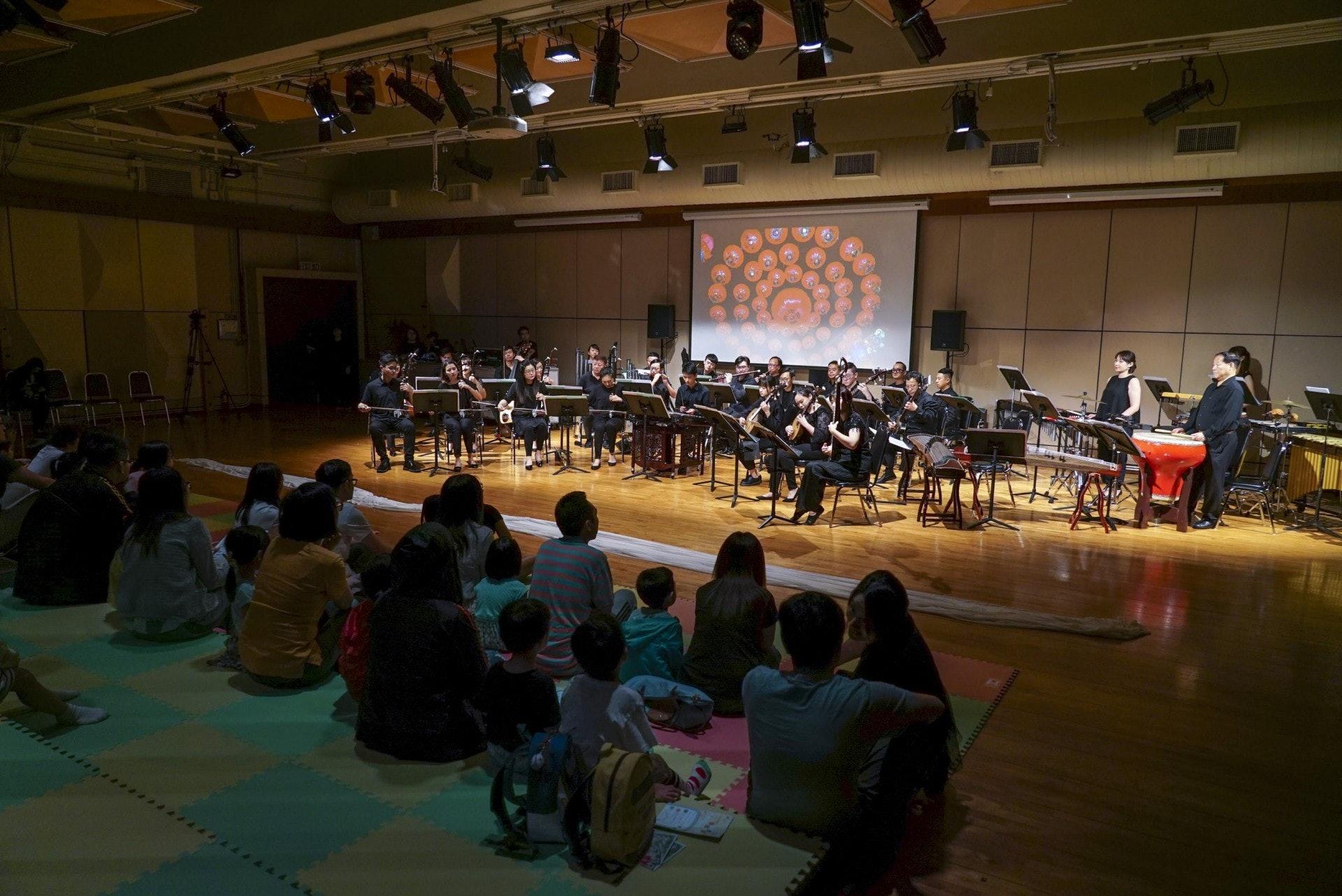 香港中樂團的節目編排非常明智,用的都是流行「金曲」,打頭陣是《步步高》和《旱天雷》。(作者提供)