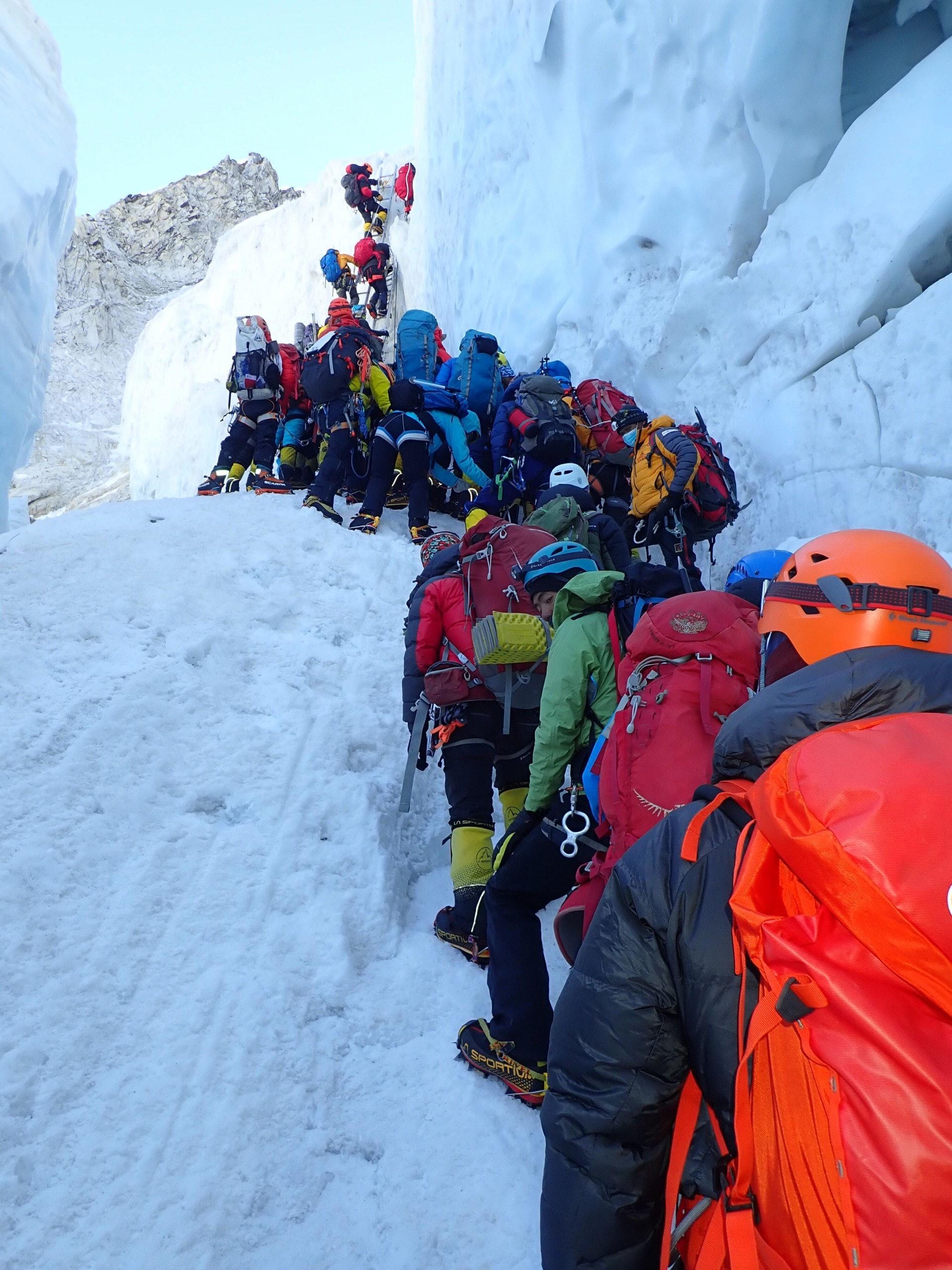 在通往海拔6,000米營地的路上,出現長長人龍,黃偉建花了一小時才到達。(受訪者提供)