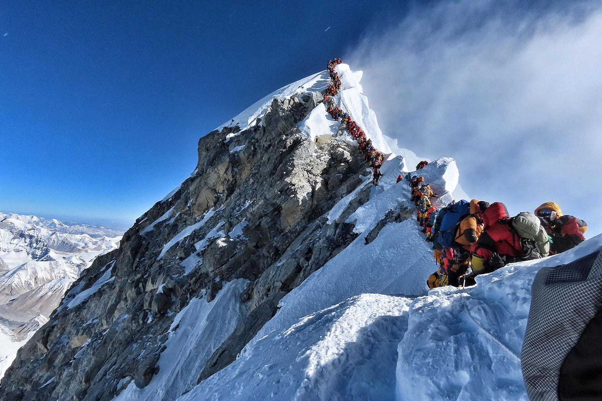 本月22、23日好天氣良好,吸引大批登山客一窩蜂湧到珠穆朗瑪峰山上,冒著體力透支和缺氧風險,在長長人龍中等待攻頂,但有人因長期暴露於嚴寒天氣下死亡。(法新社)
