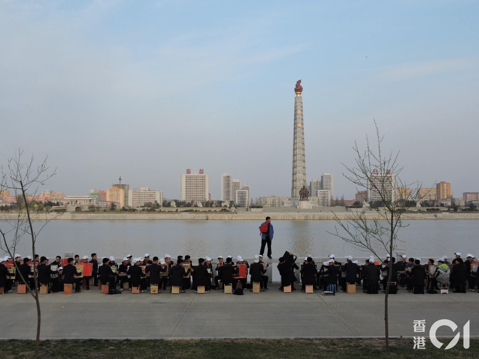 在江邊偶然看到阿里郎大匯演綵排,這種練習可能是當地人日常生活一部分。(歐陽翠詩攝)