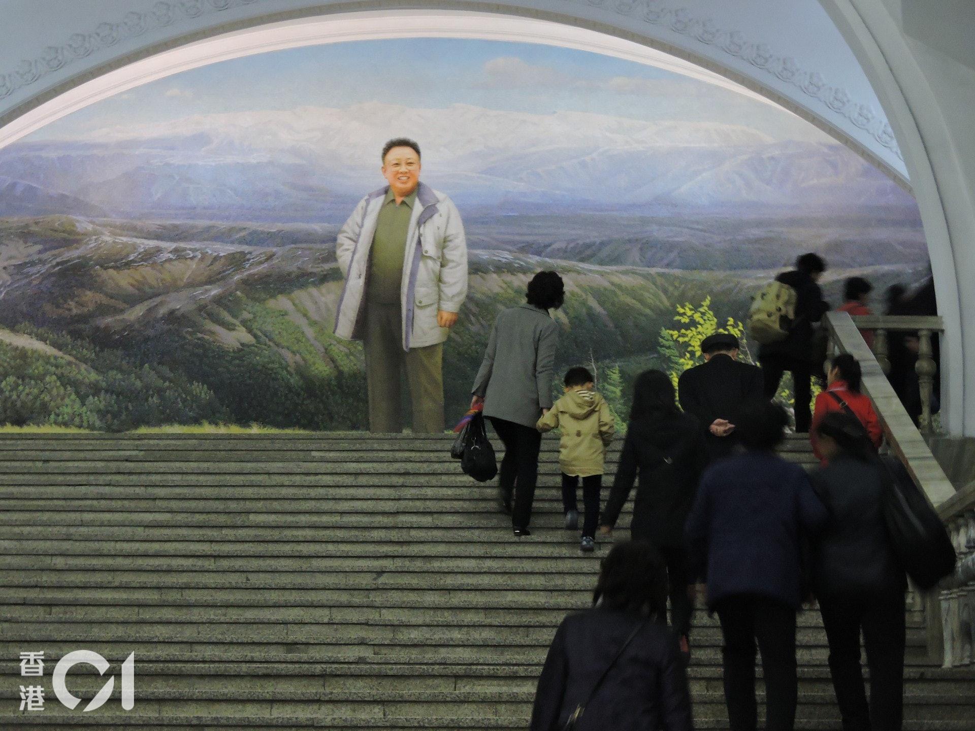 在平壤的地鐵站裏,也不難見到領導人的面孔。(歐陽翠詩攝)