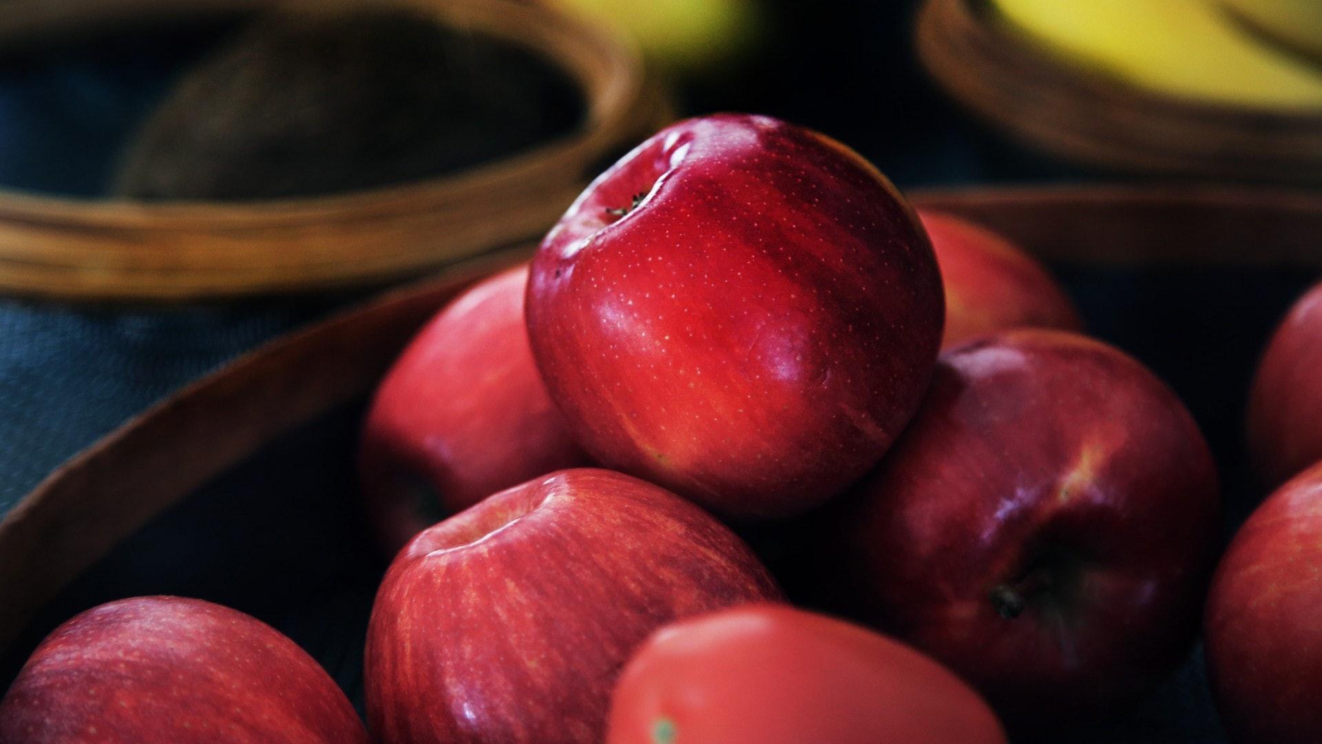 8.蘋果|蘋果是維他命、礦物質與纖維素的重要來源,它的抗炎和抗氧化特性,有助降低壞膽固醇,預防心臟病、癌症與糖尿病。由於糖尿跟腎功能退化息息相關,食蘋果正好能紓緩這方面的問題。(Unsplash)