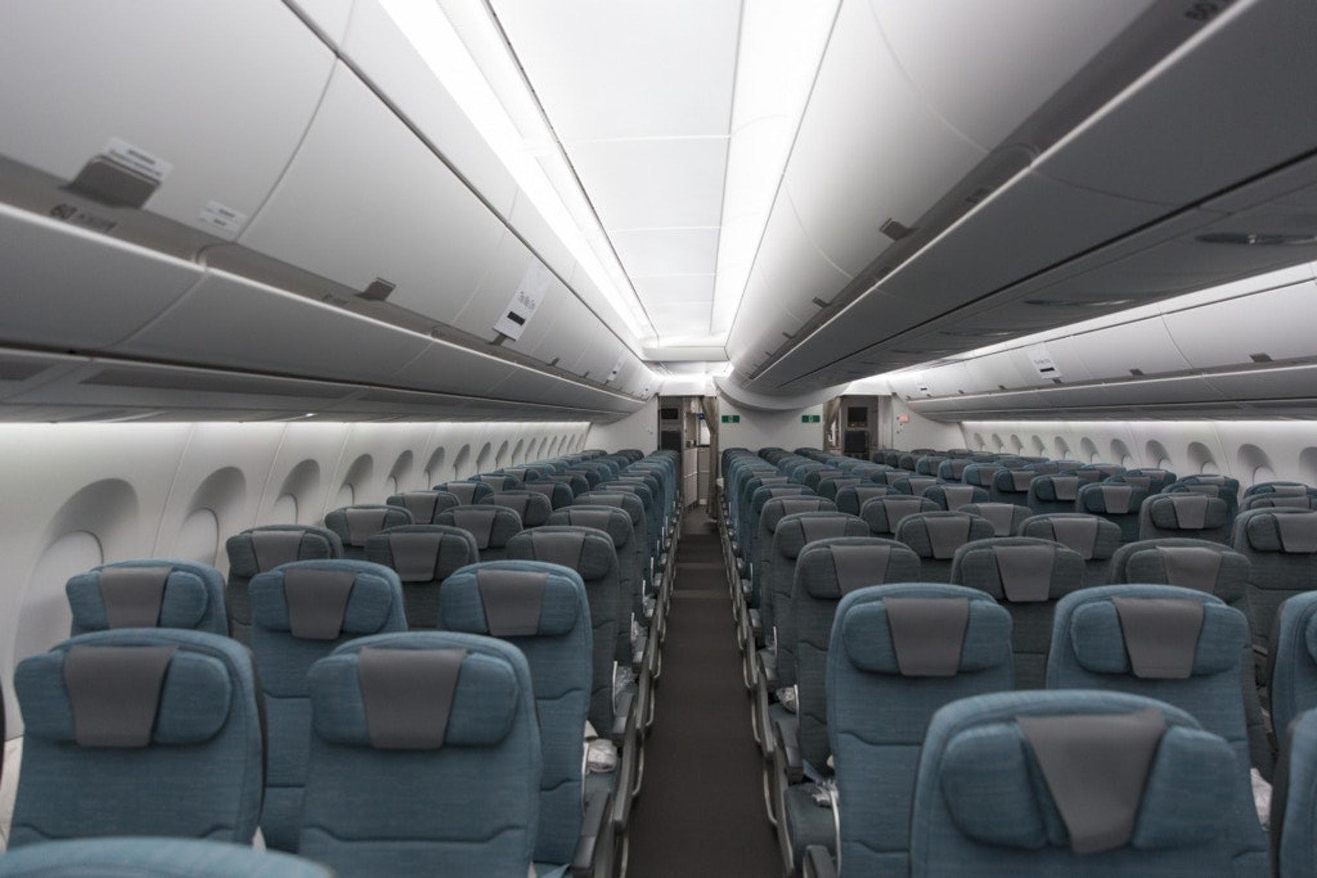 椅背應否挨後,就跟有雞定蛋先一樣,其實只要前座乘客先跟後座示意才往後靠,便會減少磨擦機會。(示意圖,資料圖片)