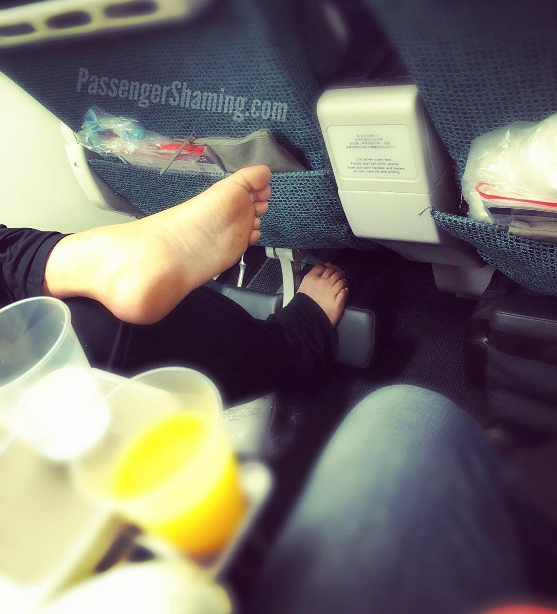 坐中間位還要遇著旁人赤腳,真的很坎坷。(圖片來源:passengershaming@ig)