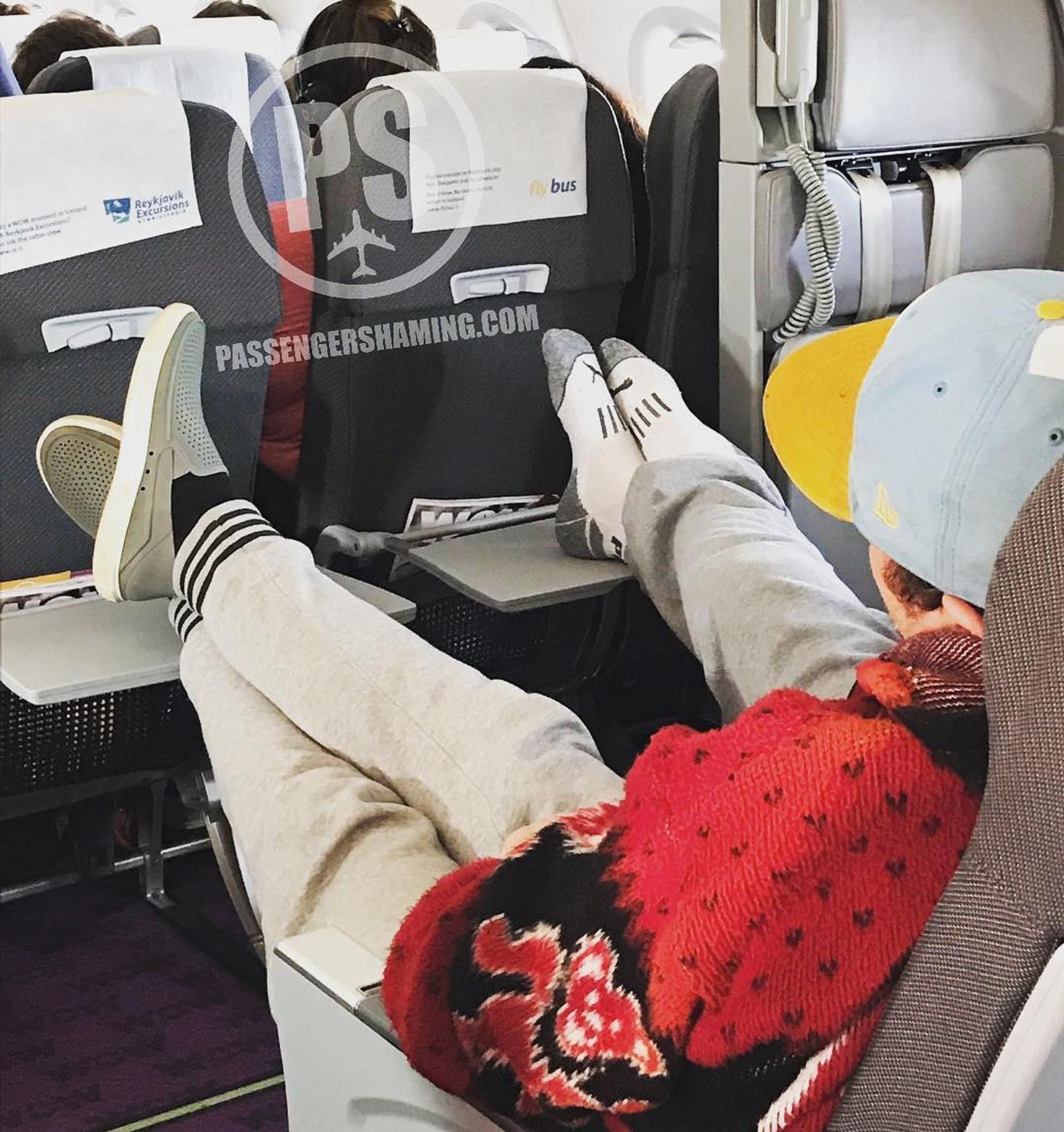 被後座乘客膝撞或踢醒的感覺,相信大家也不會陌生。(圖片來源:passengershaming@ig)