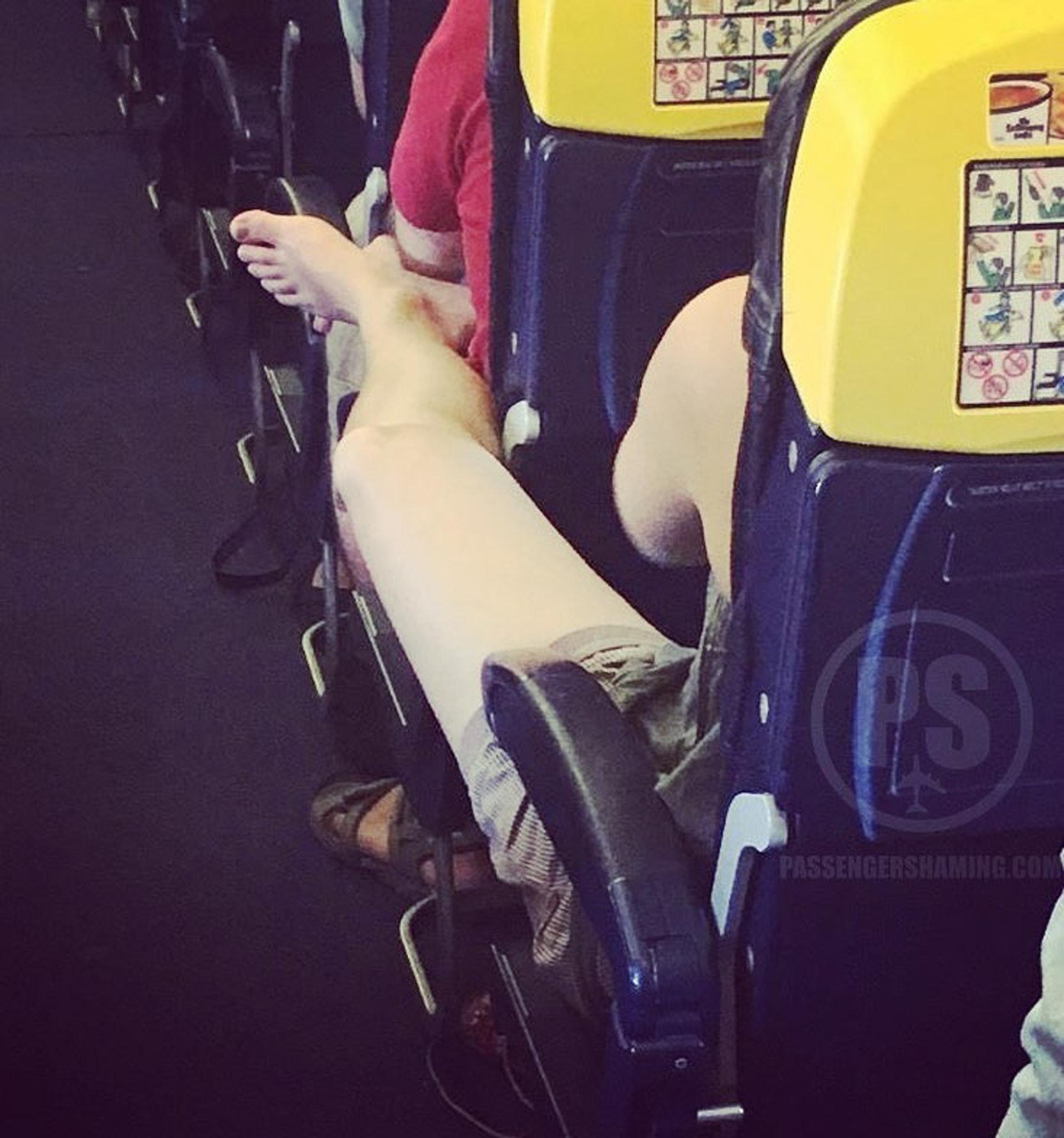 膝撞加臭腳,真的很恐佈呢!(圖片來源:passengershaming@ig)