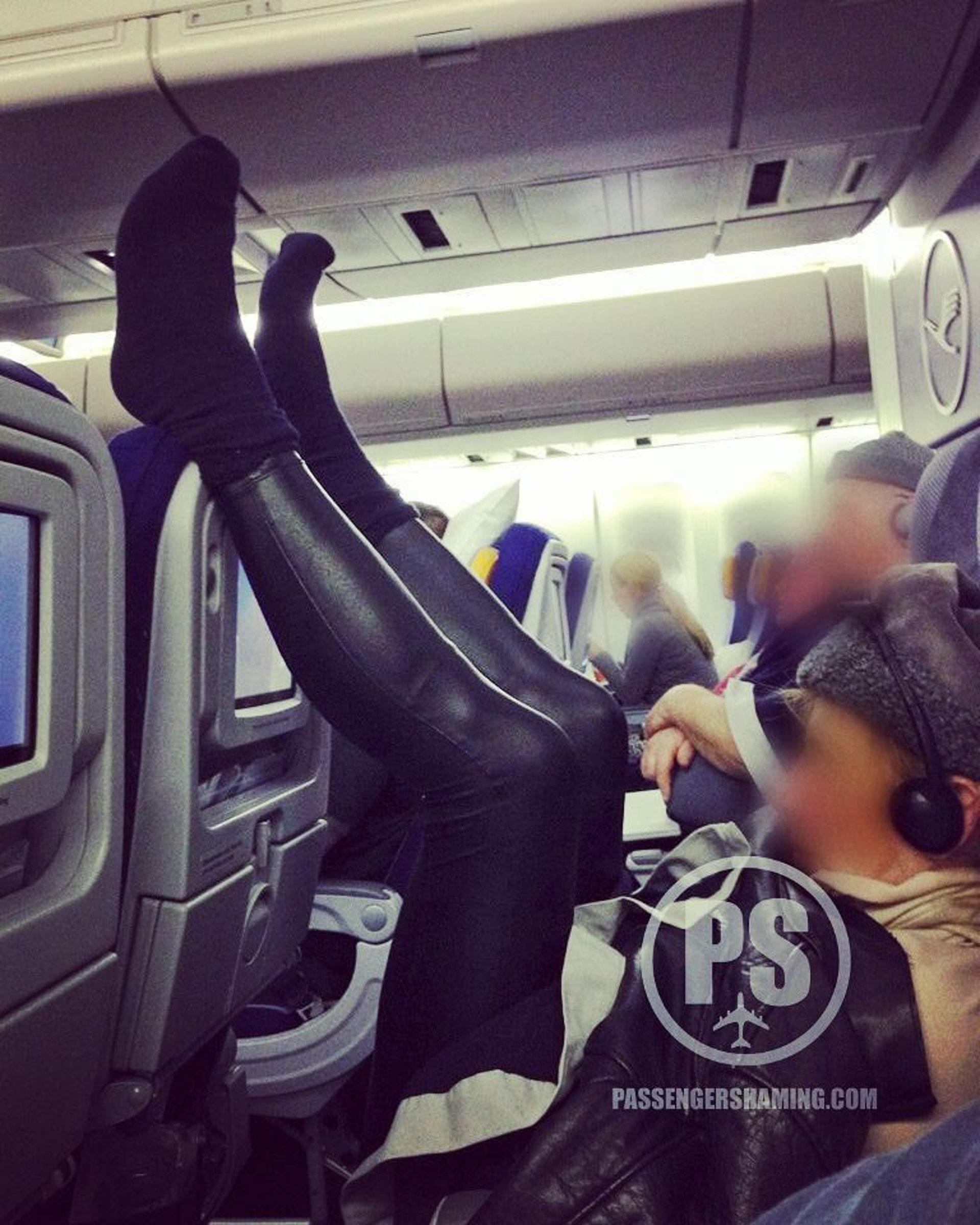 先撇除拉筋成效,其實前座乘客真的很無辜。(圖片來源:passengershaming@ig)
