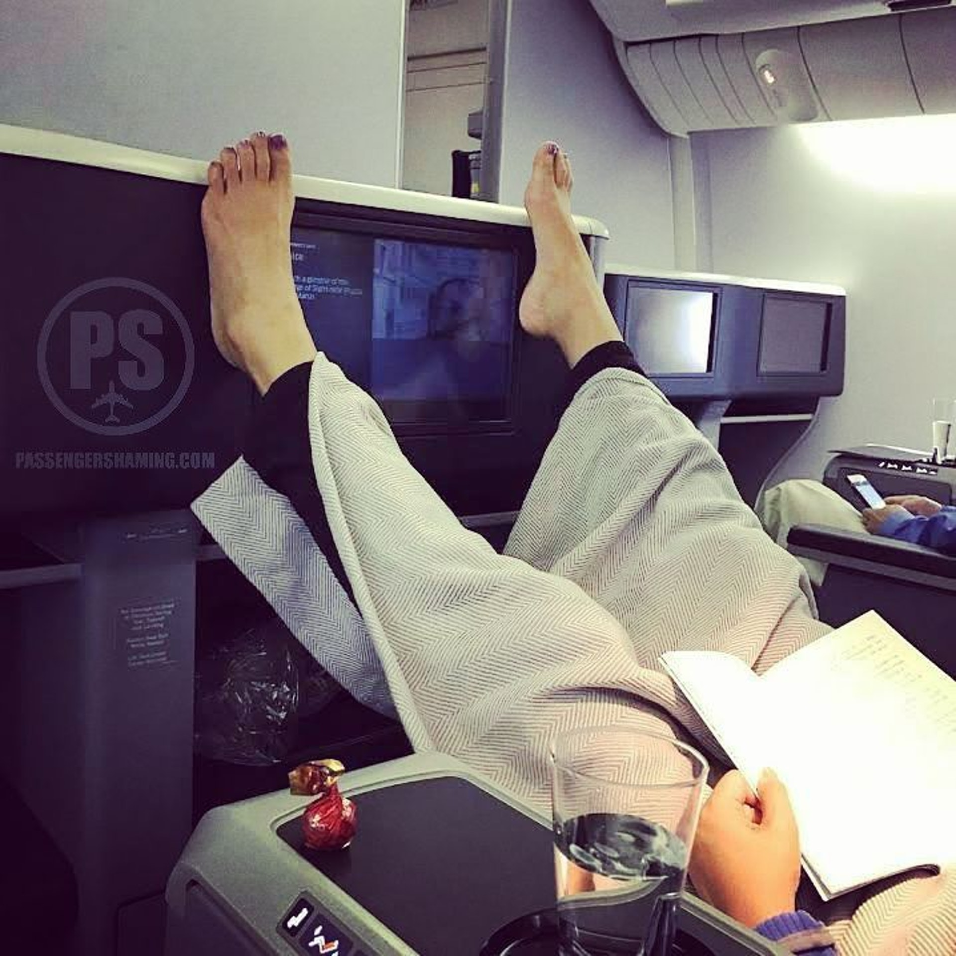 唔知點解,睇相都好似聞到陣味。(圖片來源:passengershaming@ig)