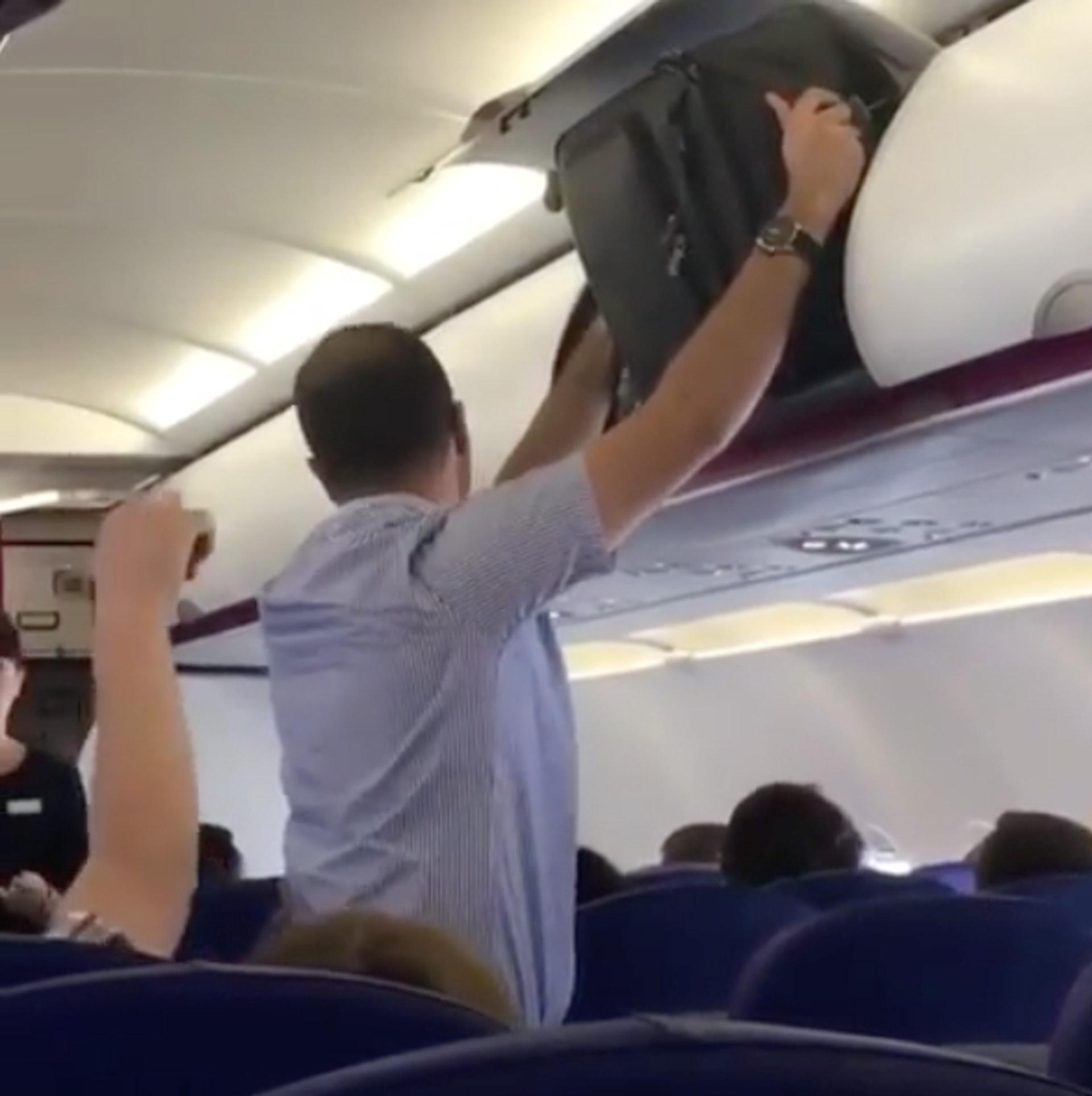【3】霸佔行李架|有冇試過上機後,打開頭頂行李架,發現行李架已滿,轉移陣地打開地面的行李架,同樣又爆滿!這種情流,相信港人不會陌生,猶其是發生在回程航班上,將手信塞滿行李架固然開心,不過公德心亦同樣重要!(圖片來源:passengershaming@ig)