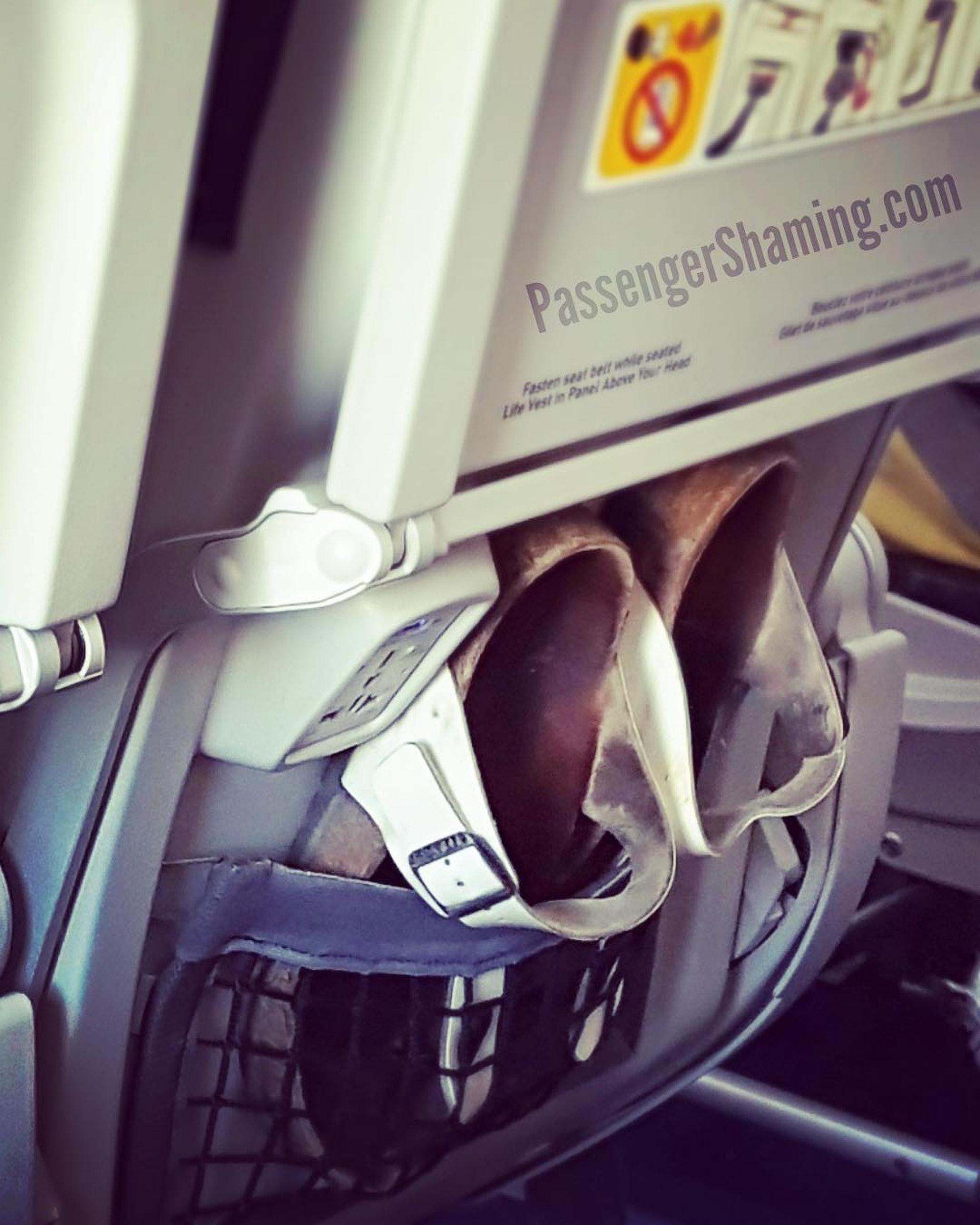 自製鞋袋|機艙上暗藏細菌,都是真的!(圖片來源:passengershaming@ig)