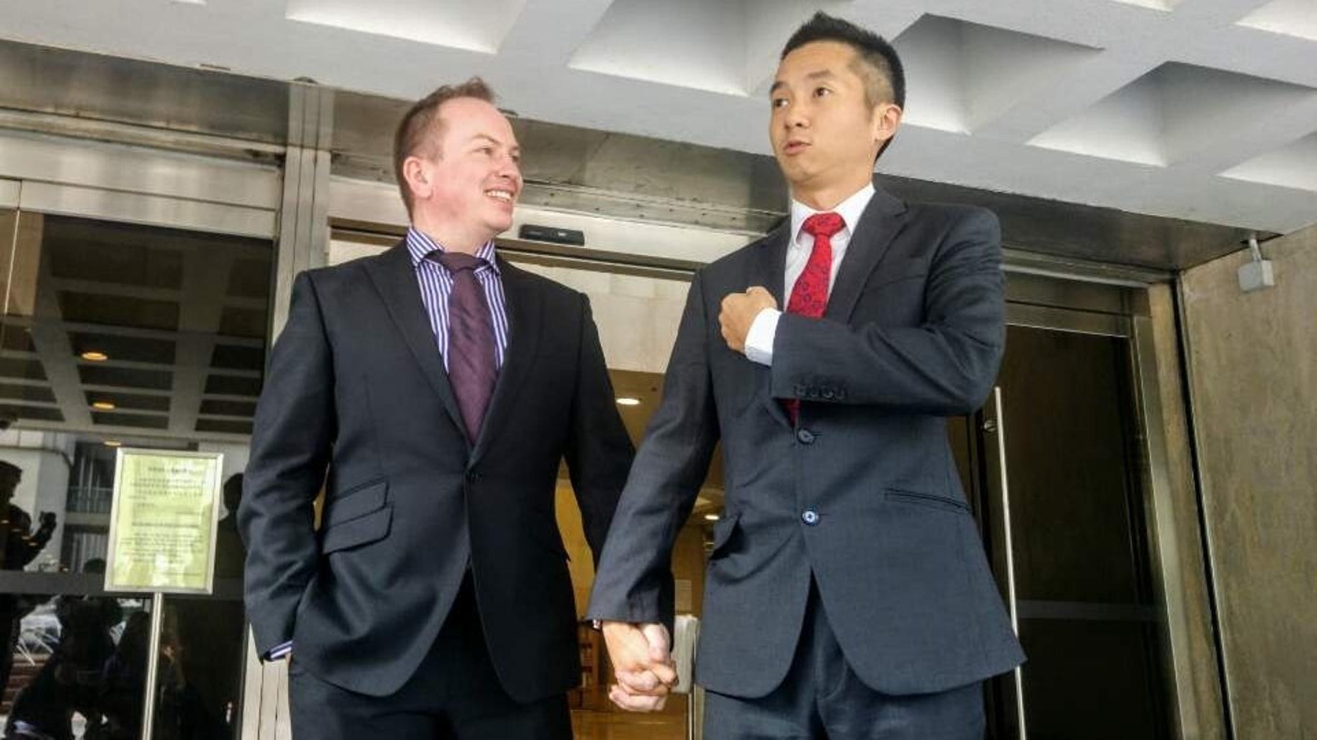 上訴人梁鎮罡(右)和其同性伴侶Scott Paul Adams。(資料圖片)