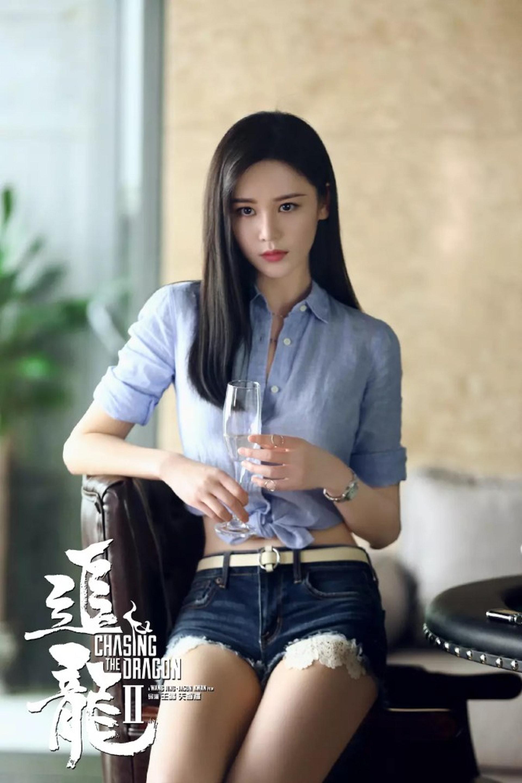 戲內她的服飾極環保,布都唔多吋,繼續大騷長腿。(《追龍II:賊王》劇照)