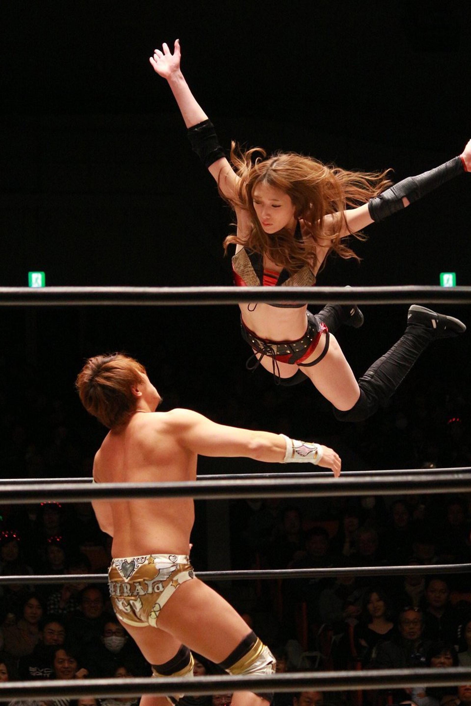 赤井沙希擅長以飛撲擊倒對手,而且動作非優雅!(圖/twitter @SakiAkai )
