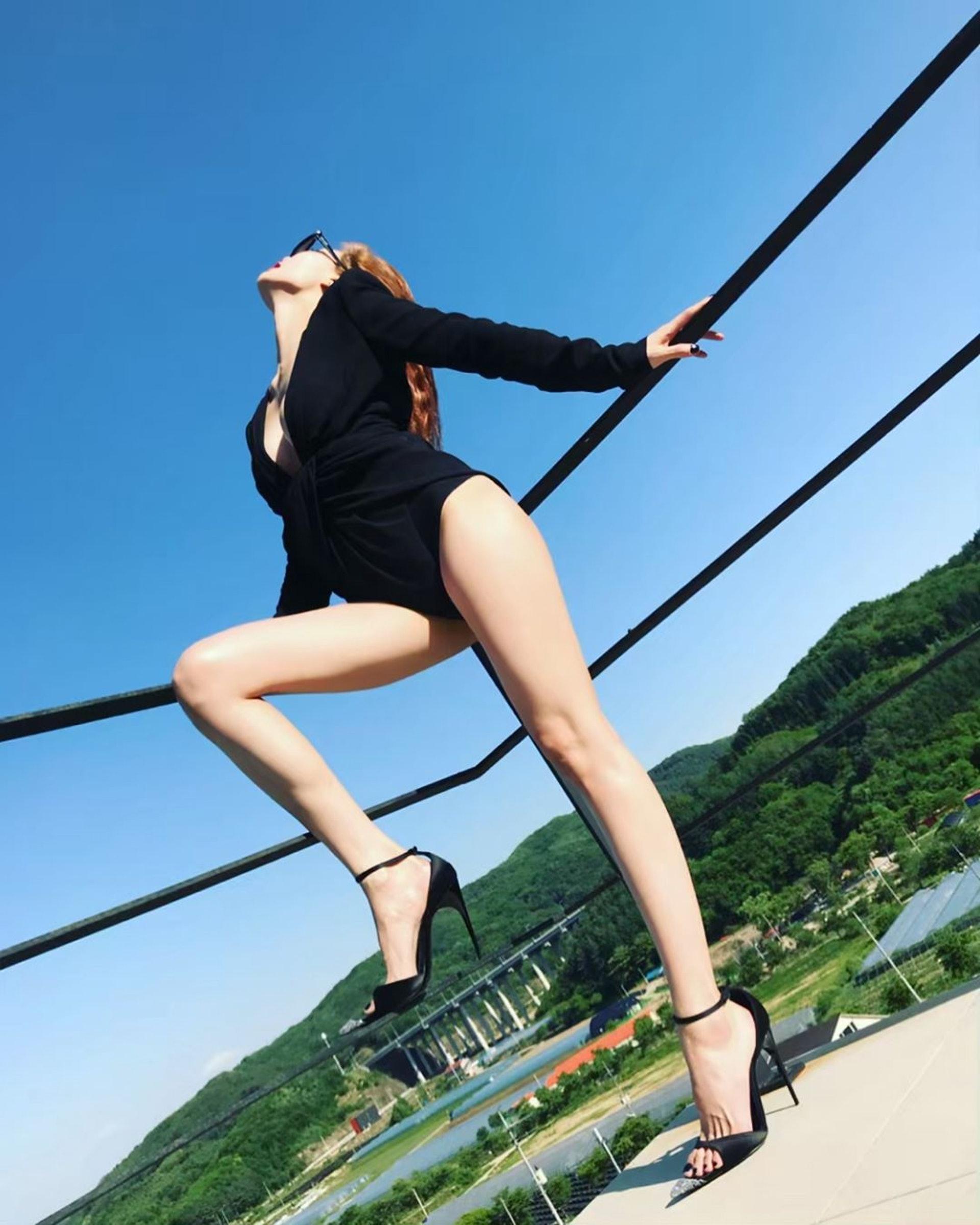 長腿!(IG圖片/@hyunah_aa)