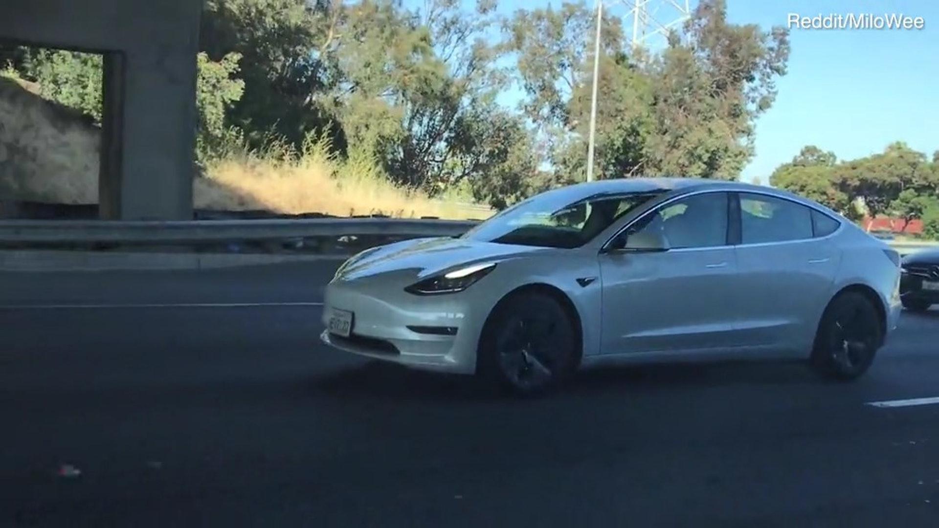Tesla司機開自動駕駛後側頭路上睡着嚇得旁人一身冷汗 香港01