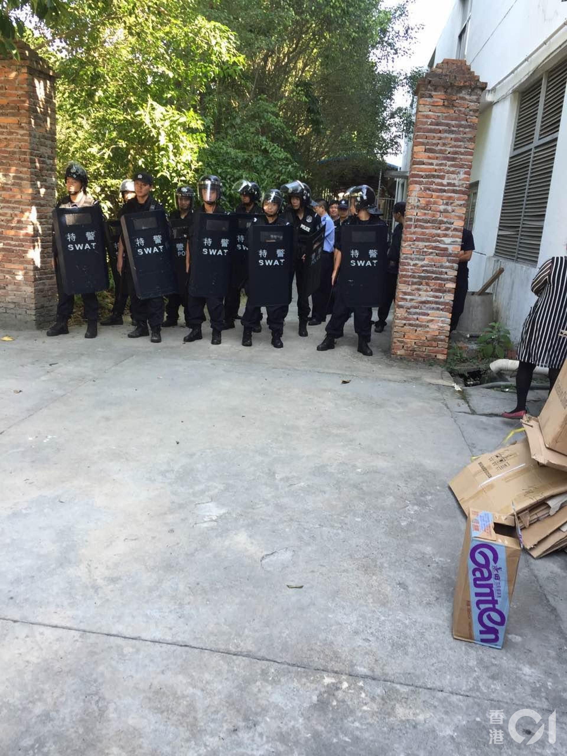 沈生一家不同意公安局解剖屍體,最後公安局在福山殯儀館派出持長盾的特警驅趕他們。(受訪者提供)