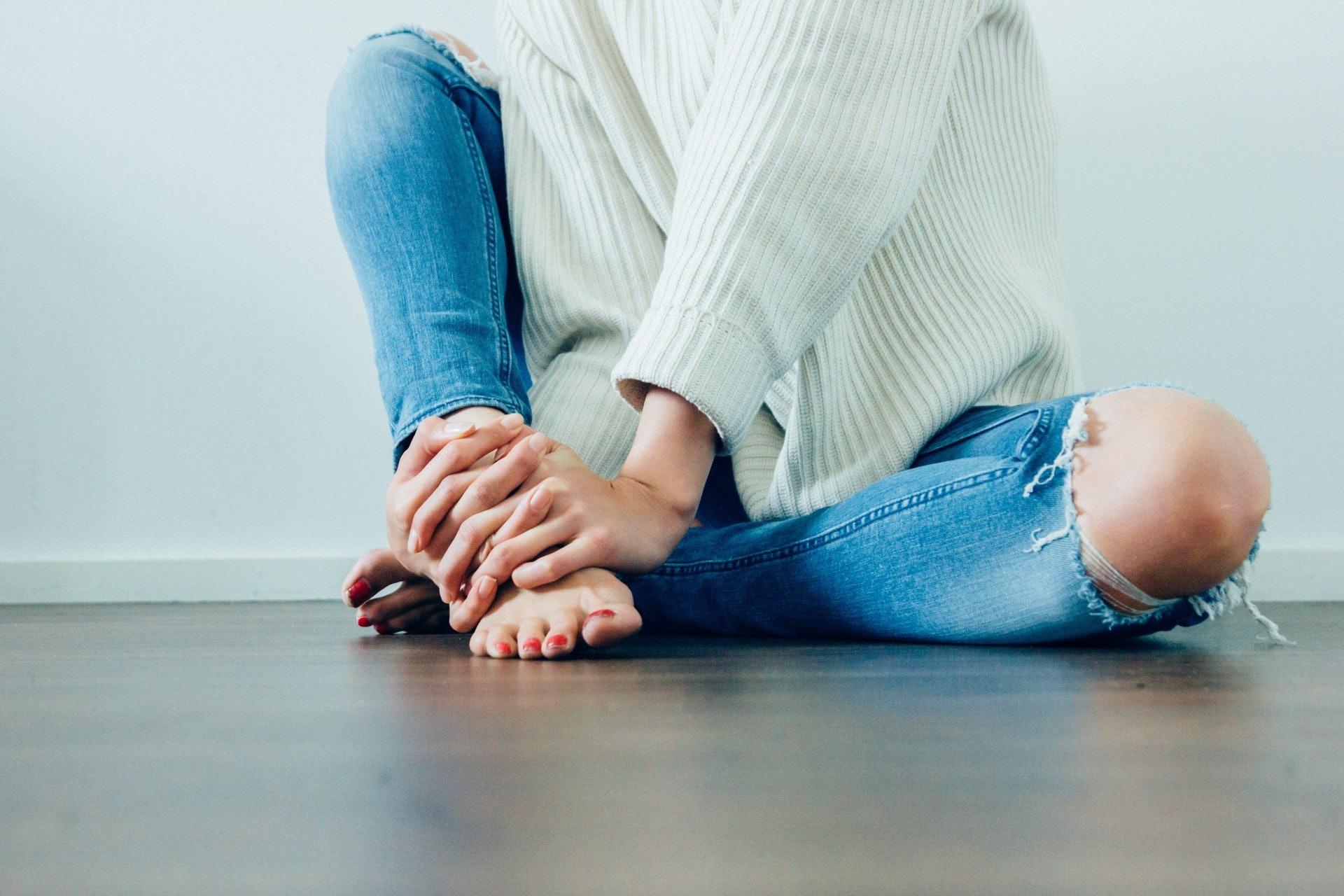 全球有超过100种不同类型的关节炎,不只在老年人身上发生,上班族、运动族及女性也应留意。 (Imani Clovis@Unsplash)