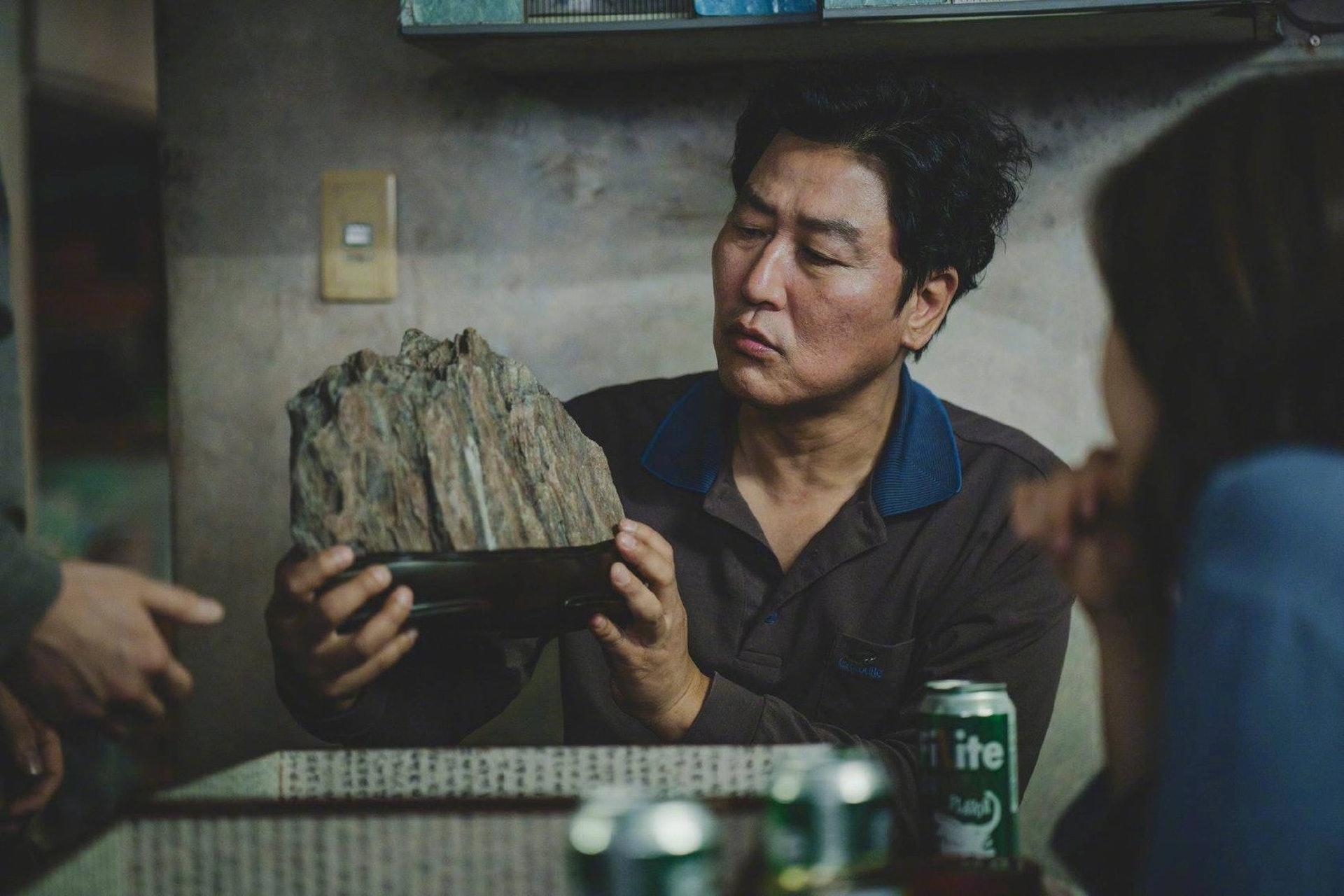 這塊「石頭假山」的象徵意義竟然是…(《上流寄生族》劇照)