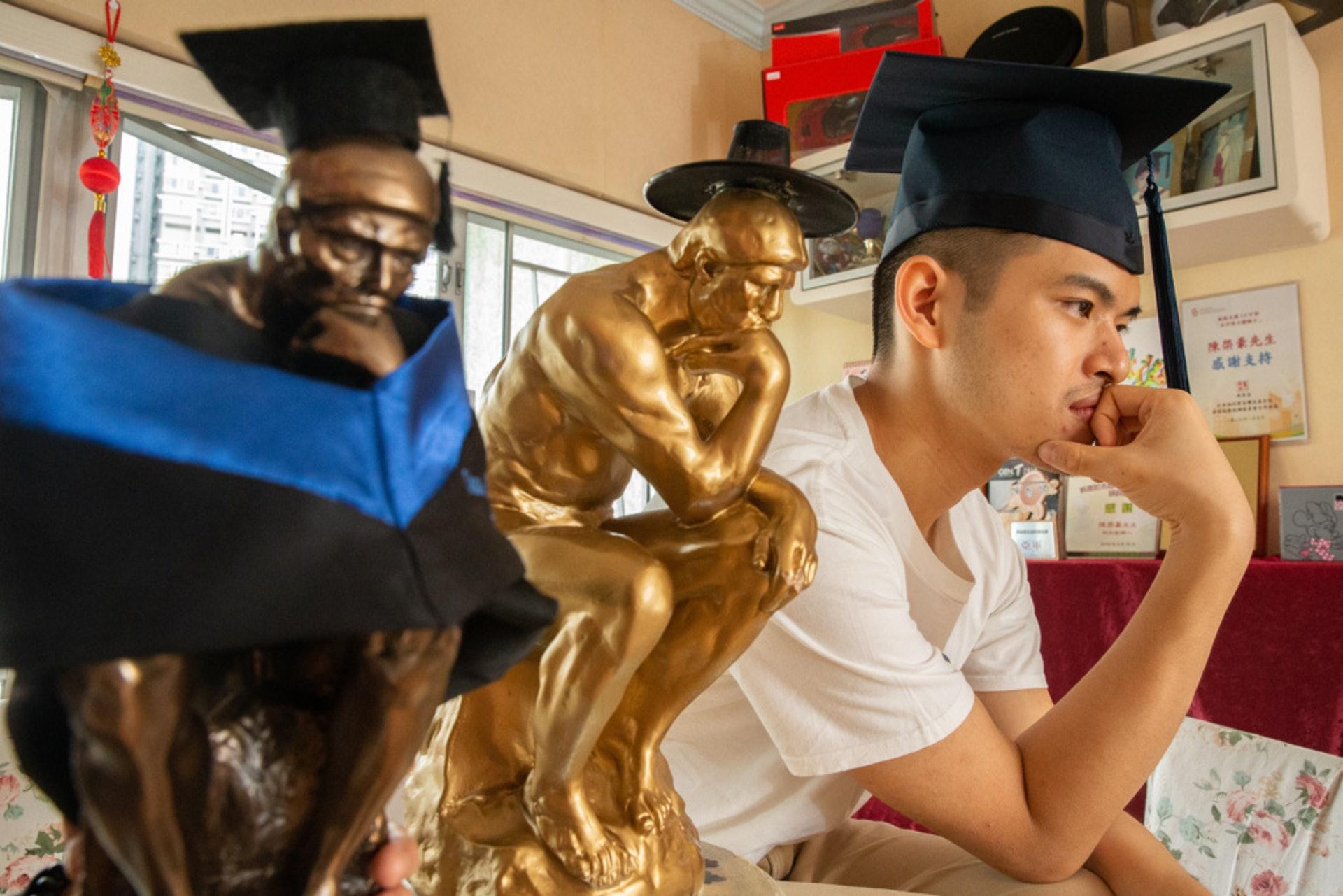夢想入八大的陳棨豪,經四次公開試「洗禮」後,終成功入讀科大,並修畢學士課程。(梁鵬威攝)