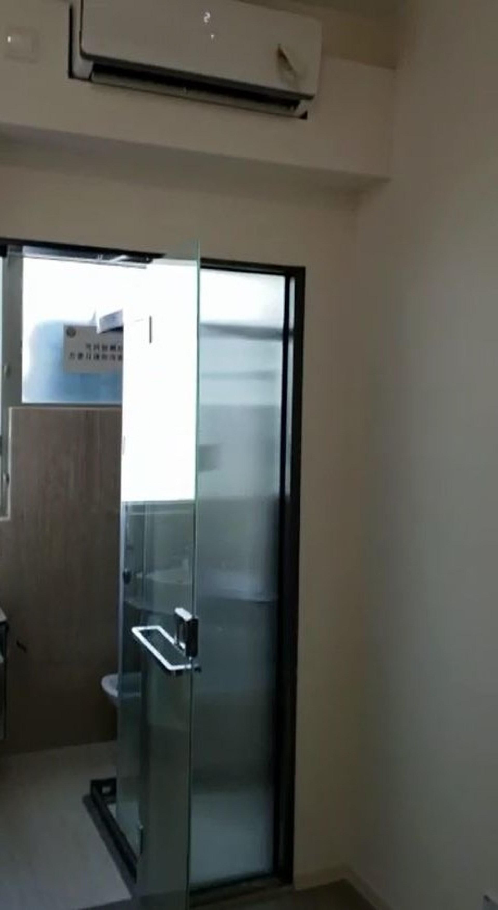 開放式廚房的另一邊是浴室。(代理提供片段)