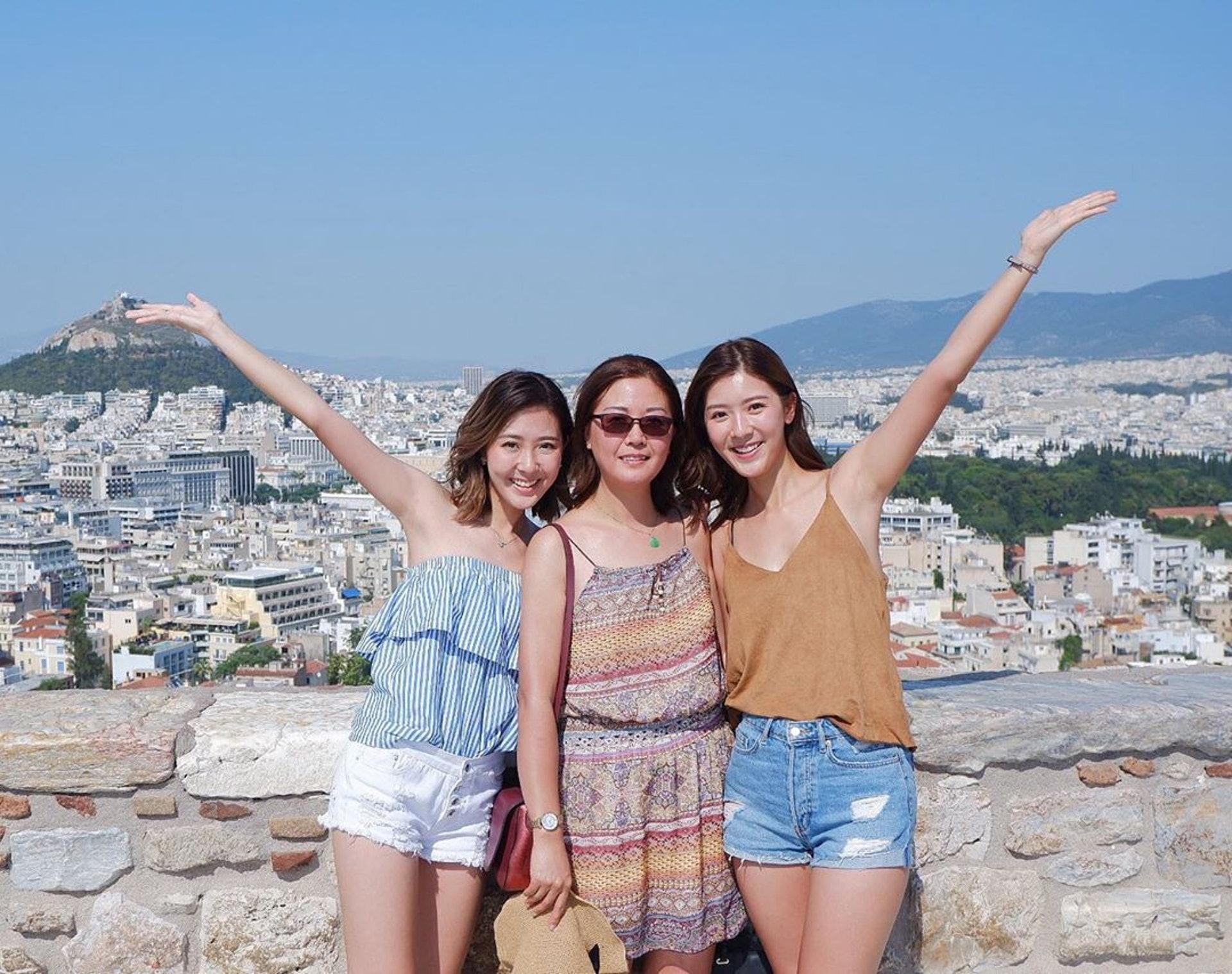 余媽媽、余香凝(Jennifer)、余潔滢(Zoe)三母女去了希臘慶生。(IG圖片 / zoe_yuying)