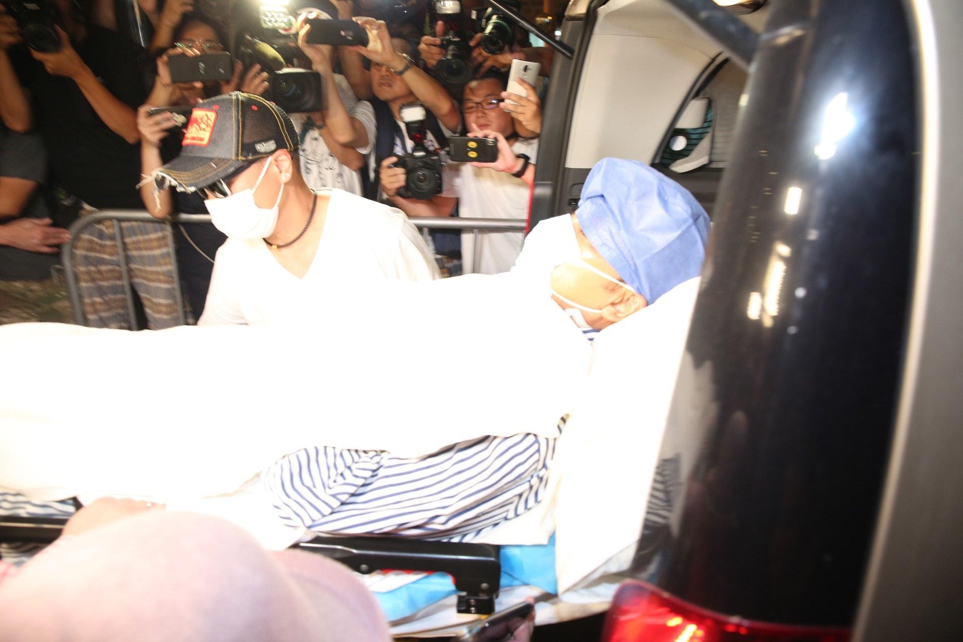 任達華晚上十點半卧床抵達香港港安醫院。 (王譯揚攝)