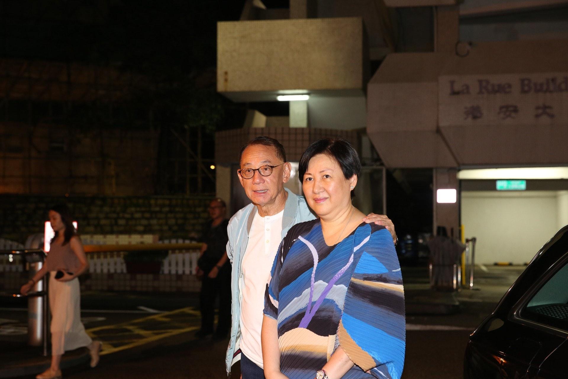 英皇集團主席楊受成先生及太太到醫院探望任達華。 (王譯揚攝)