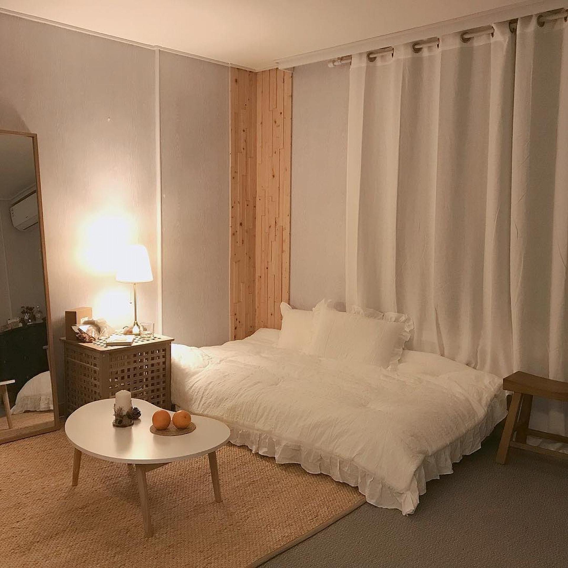 透過窗外的自然光,照射在白色家具上,使整個空間舒適又明亮。/© Instagram (@chance_deco)