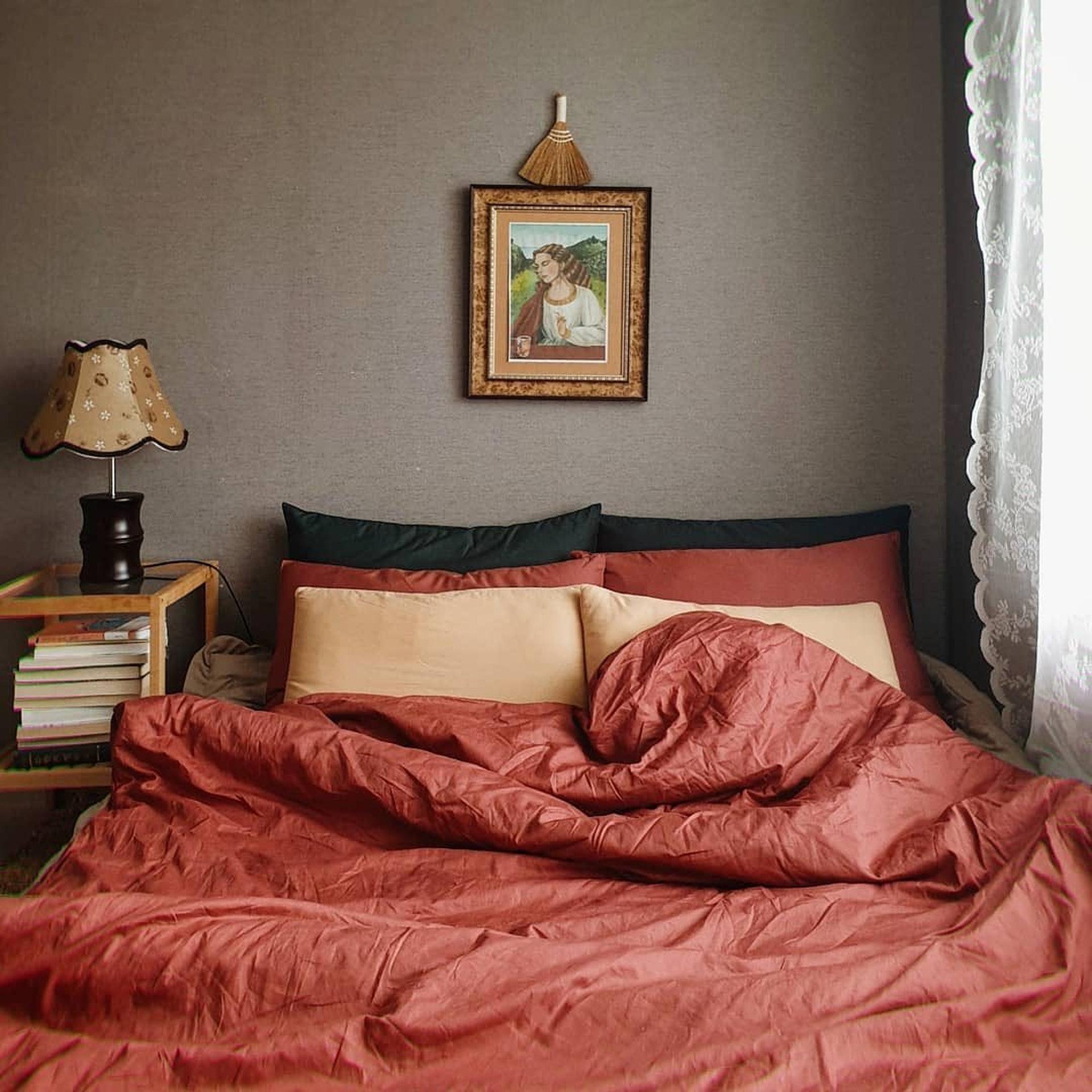 淡粉色的加入能使房間看起來更加活潑,簡單又不過於雜亂,還能散發出專屬女人的知性魅力。/© Instagram (@chance_deco)