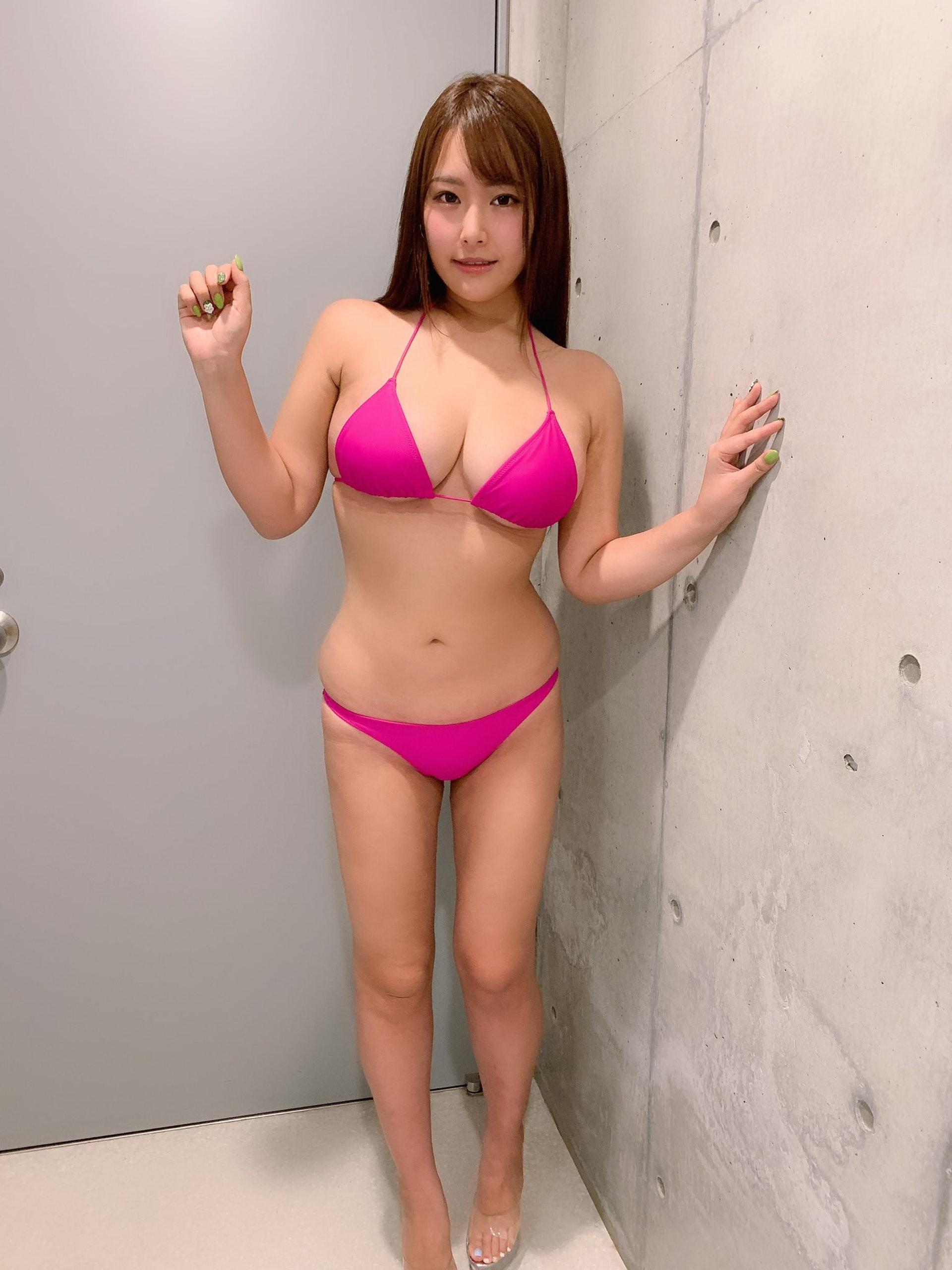 秋山夏帆身高168cm,擁有100cm的完美I罩杯上圍。(秋山夏帆Twitter:@akiyama_kaho)